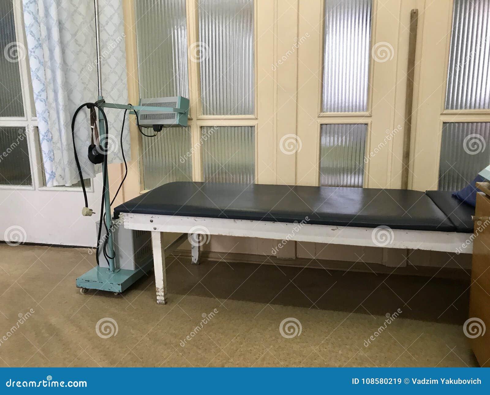 El Hospital Viejo Del Interior Sofá Y Aparato Para La Fisioterapia ...