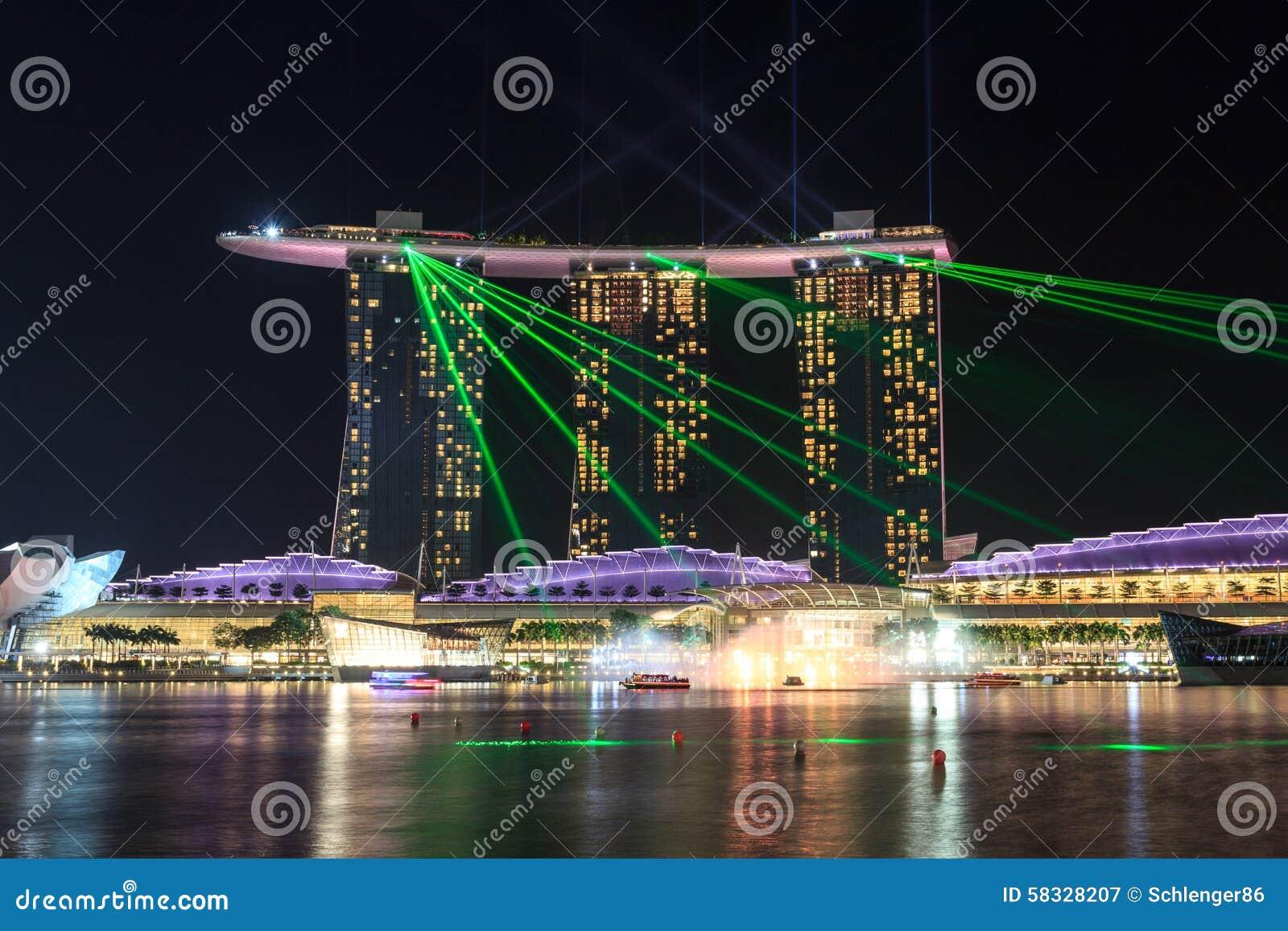 El hotel de Marina Bay Sands en la noche con la luz y el laser muestran en Singapur