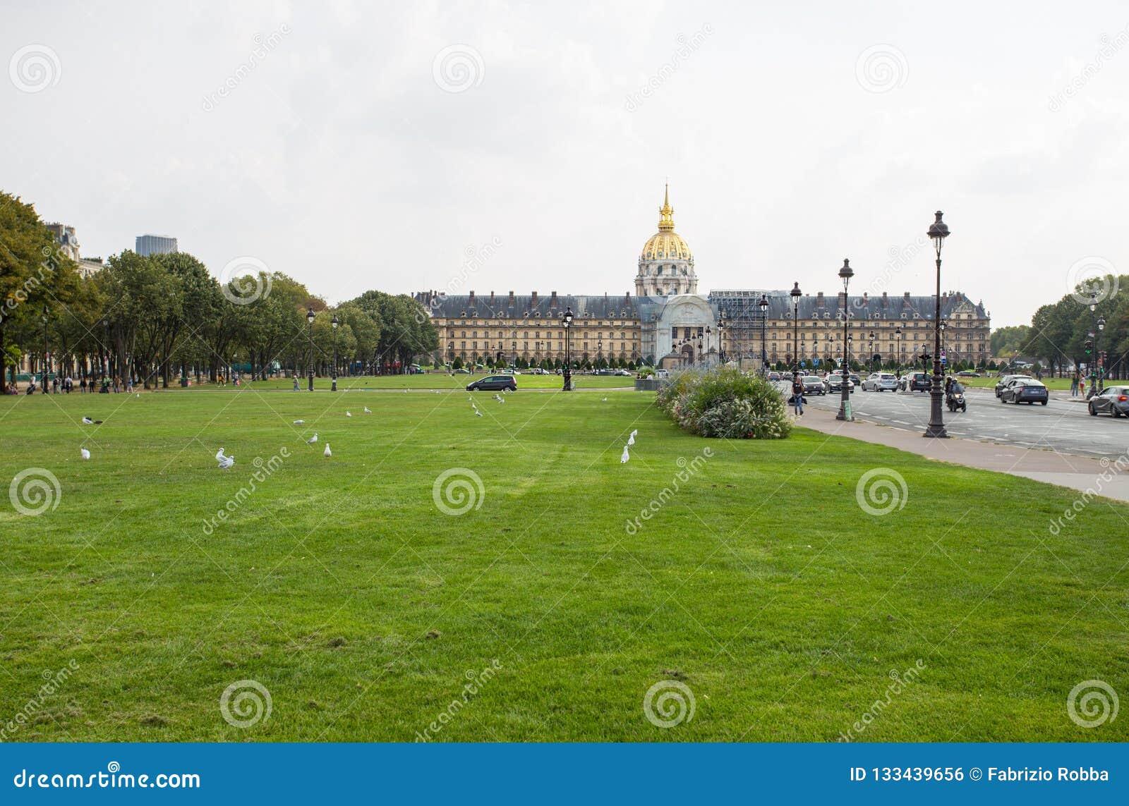 El hotel nacional de Invalides es un gran complejo de edificios con el museo y Napoleon Tomb del ejército en París, Francia