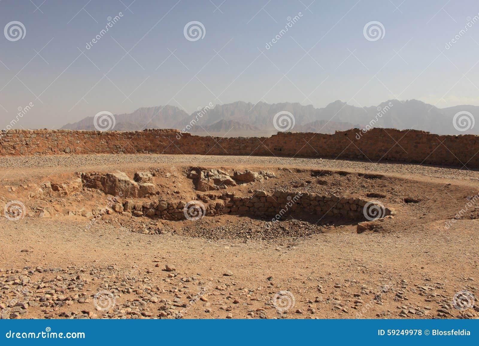 El hoyo central de la torre del silencio en Yazd, Irán