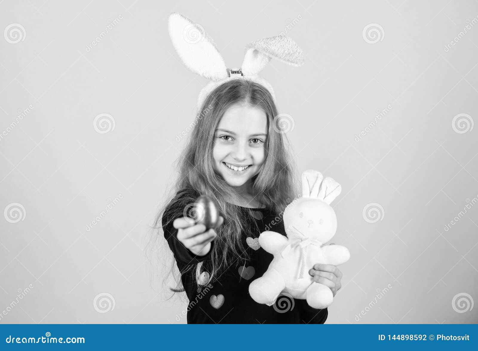 El huevo de Pascua caza como parte de festival Origen del conejito de pascua S?mbolos y tradiciones de Pascua Ni?o juguet?n con e