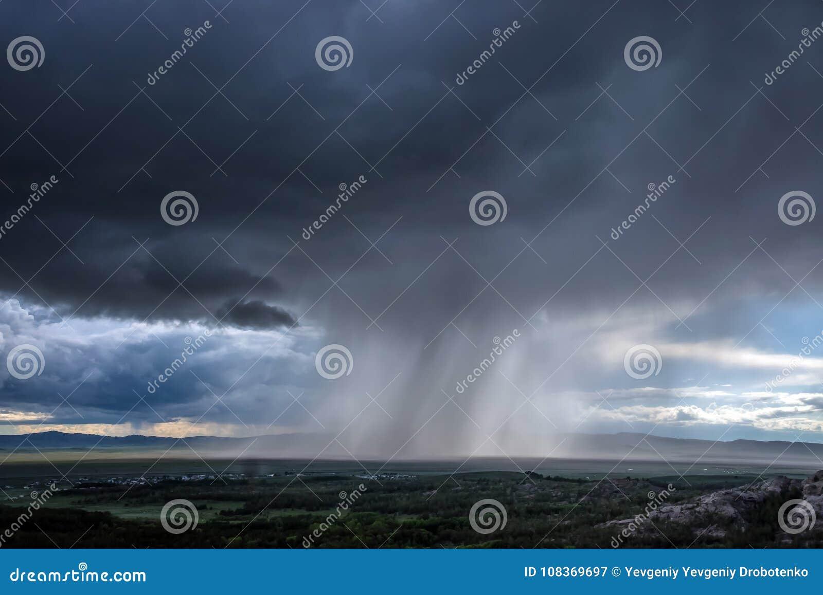 El huracán y la lluvia ha caído sobre la estepa