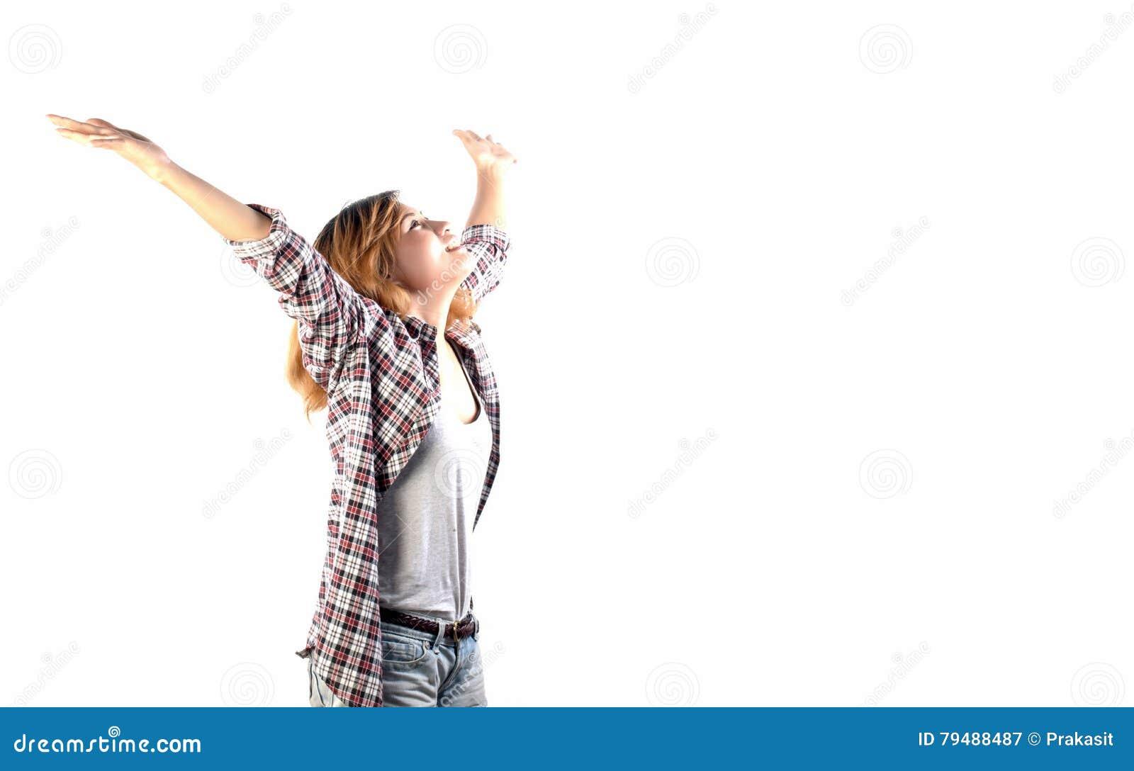 El inconformista feliz regocijó a la mujer con los brazos hacia fuera aumentados encima de aislado en w