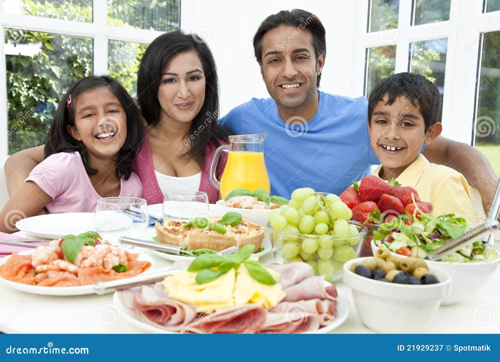 El indio asiático Parents a la familia de los niños que come el alimento