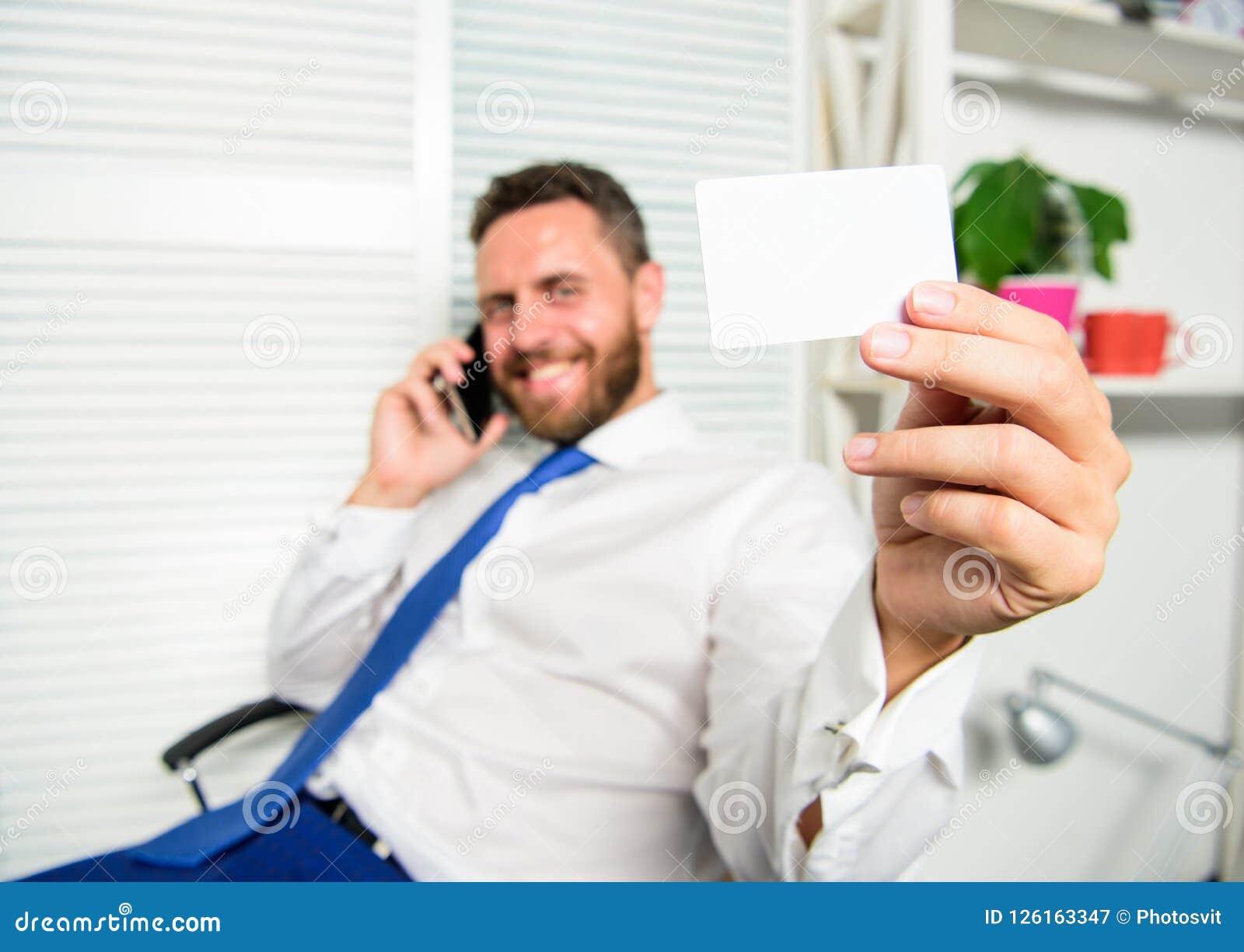 El individuo barbudo del hombre de negocios sienta la sensación de la oficina confiada Sirva el negocio del control o el espacio