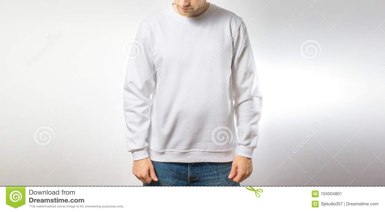 El individuo en la camiseta blanca en blanco, soporte, sonriendo en un fondo blanco, mofa para arriba, espacio libre, logotipo, d