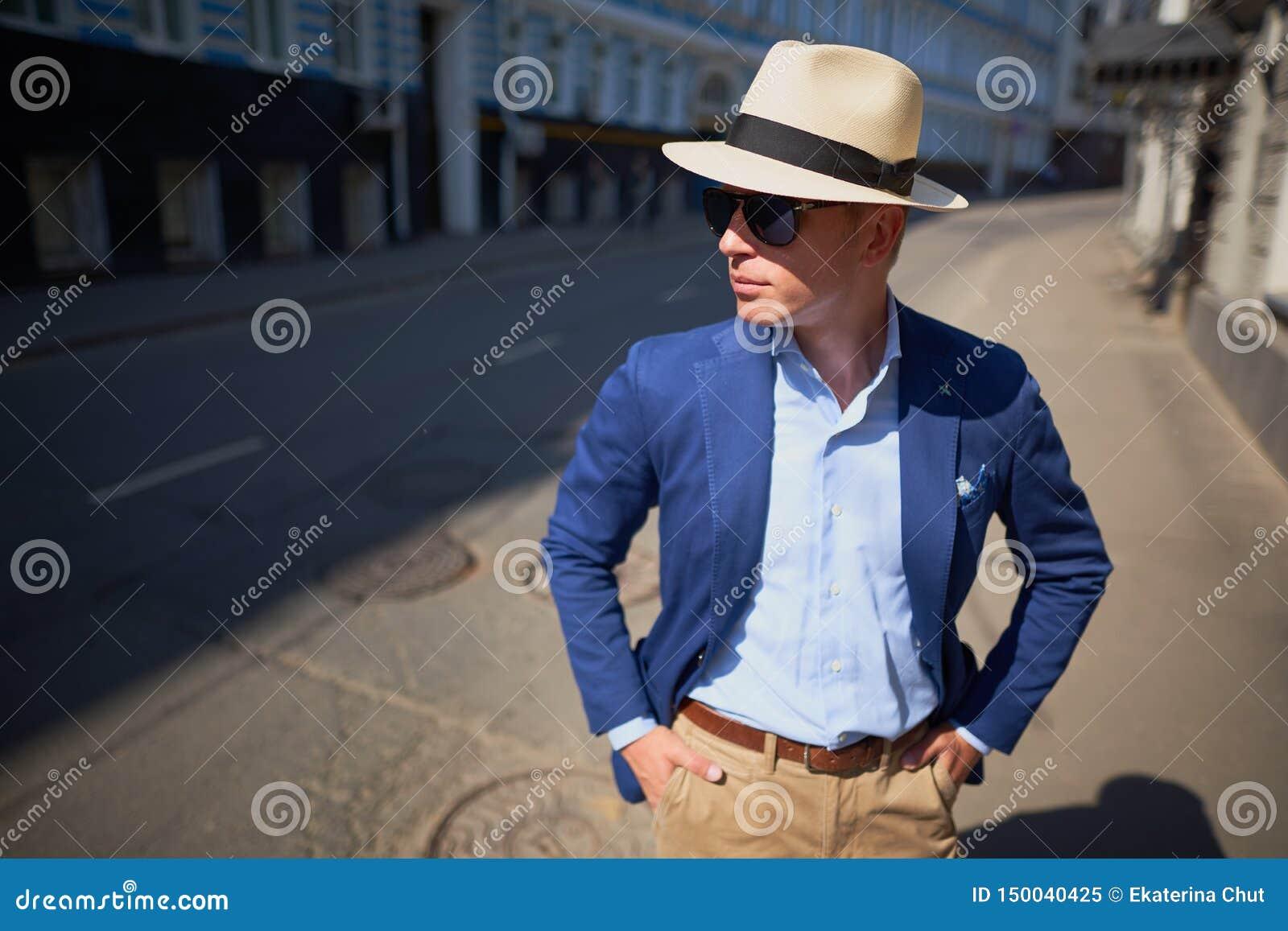 El individuo en el sombrero en la calle
