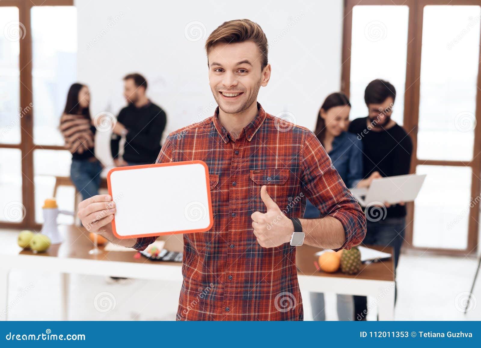 El individuo está llevando a cabo a un tablero blanco
