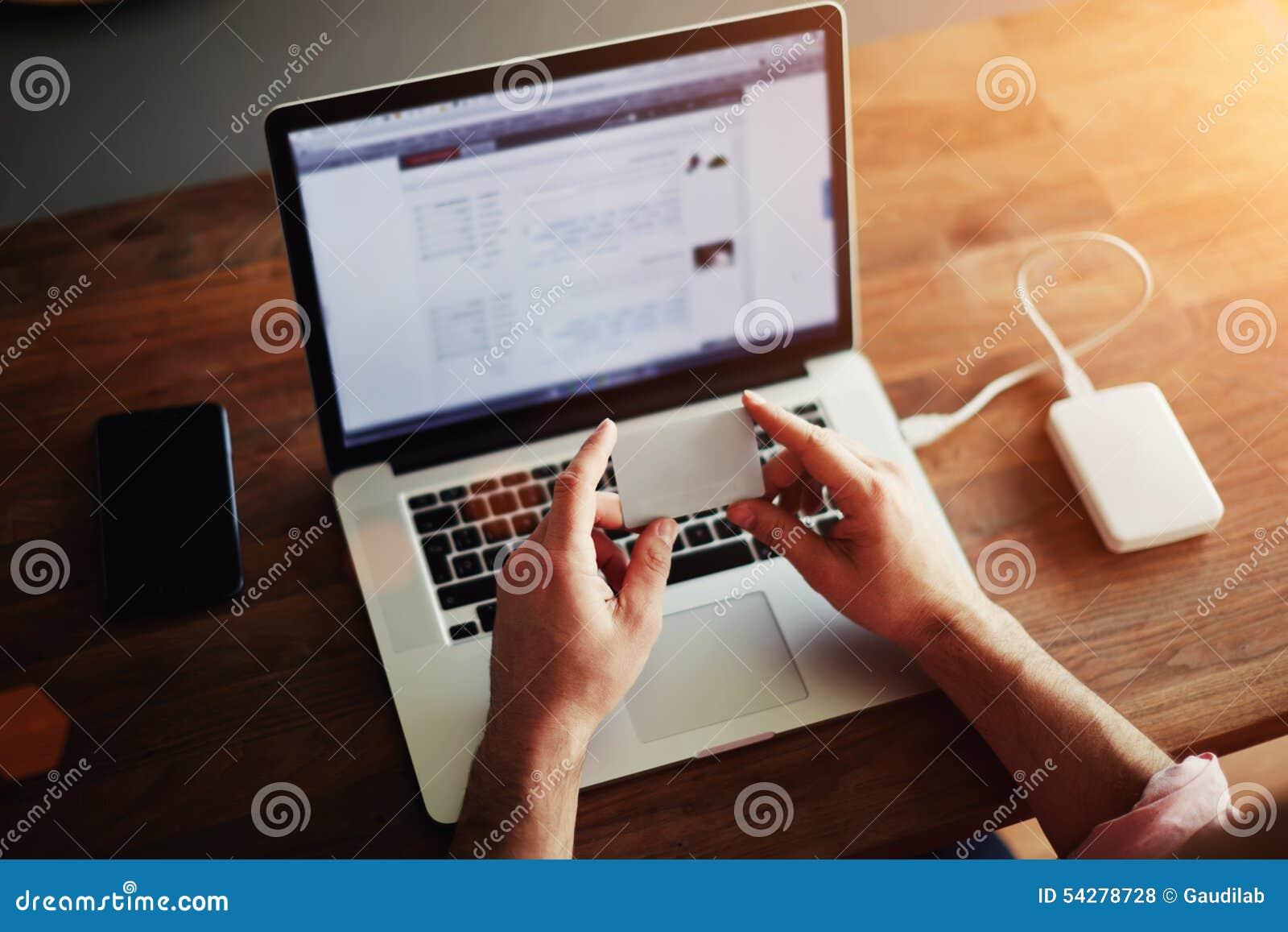 El individuo que trabaja en el ordenador en la oficina