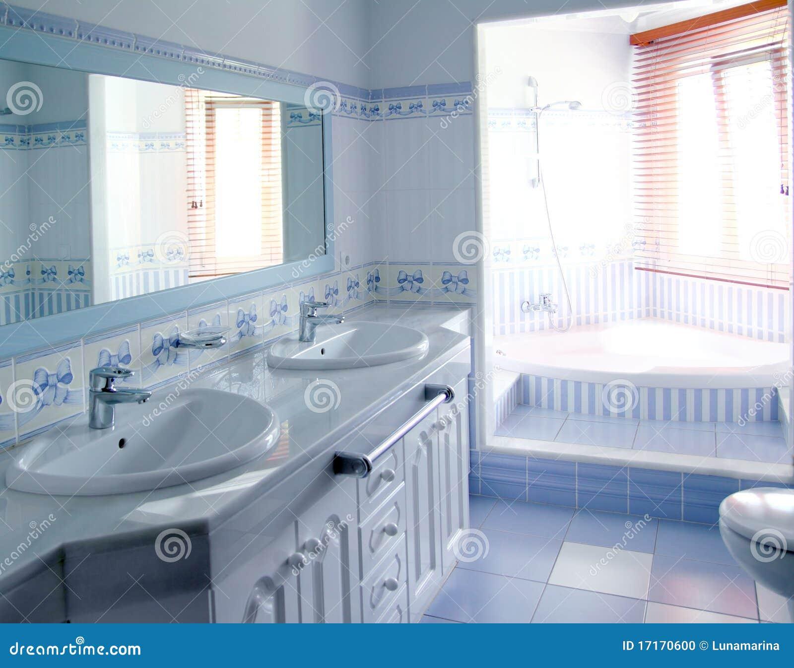 El Interior Azul Clásico Del Cuarto De Baño Embaldosa La Decoración ...