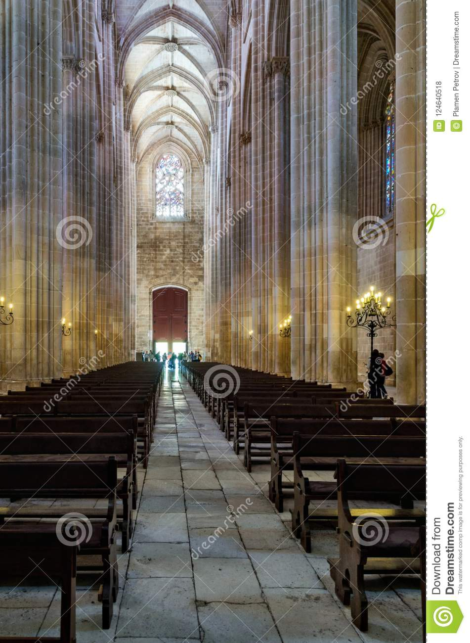 El interior de la catedral en Batalya - Portugal