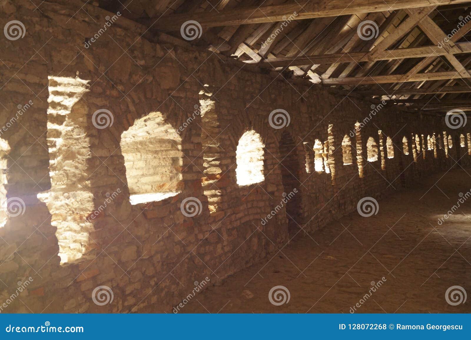El interior de la pared de la defensa - el Evangelical fortificó la iglesia de Prejmer, Brasov, Transilvania, Rumania