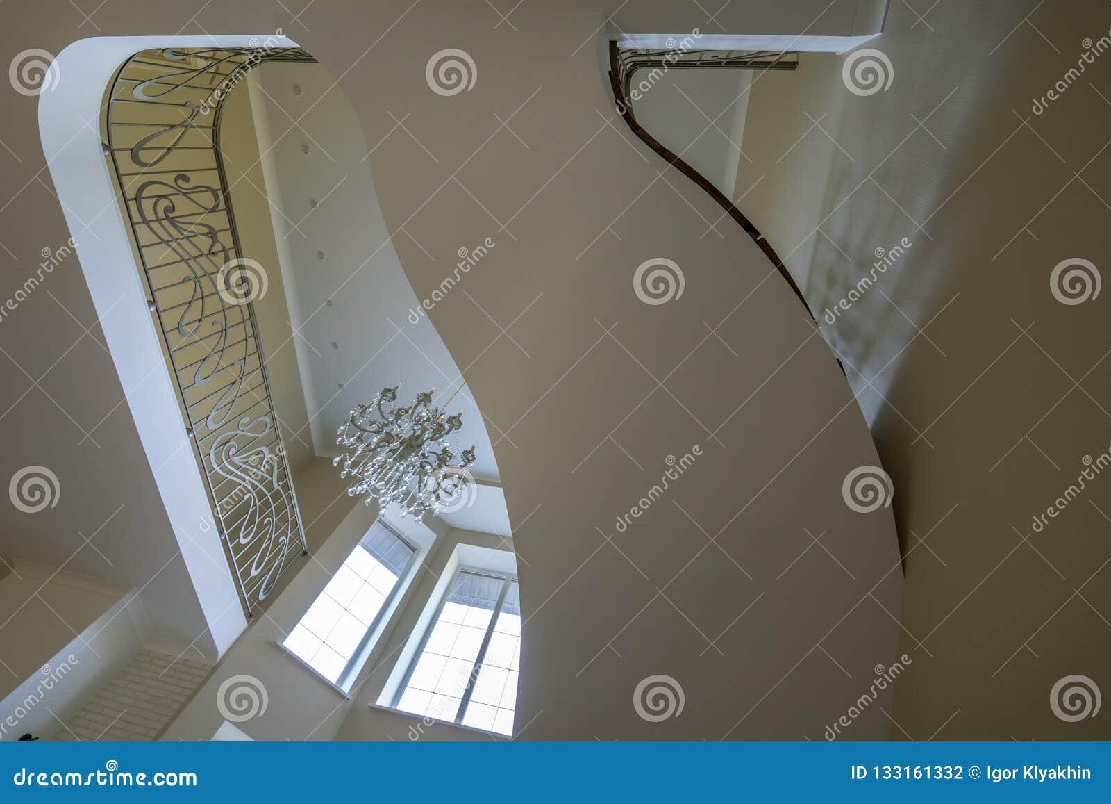 El interior de las segundas escaleras ligeras, lámpara de las verjas