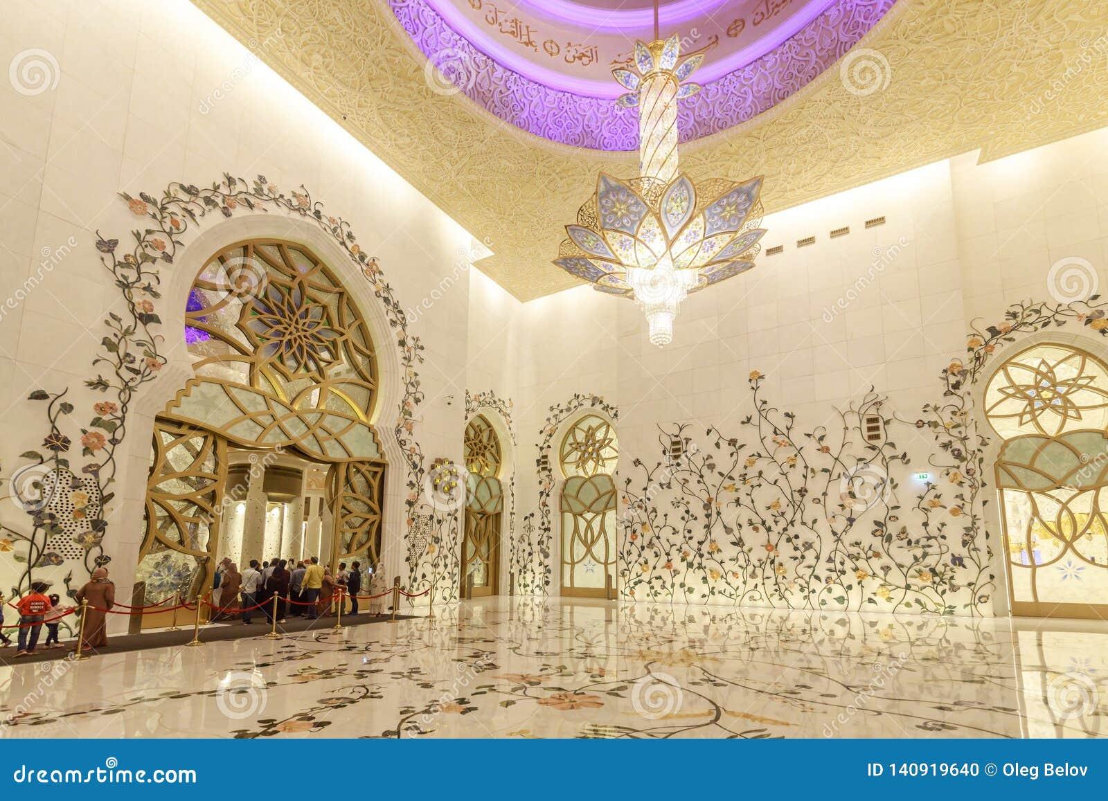 El interior de Sheikh Zayed Grand Mosque se adorna rico con los mosaicos de mármol y florales