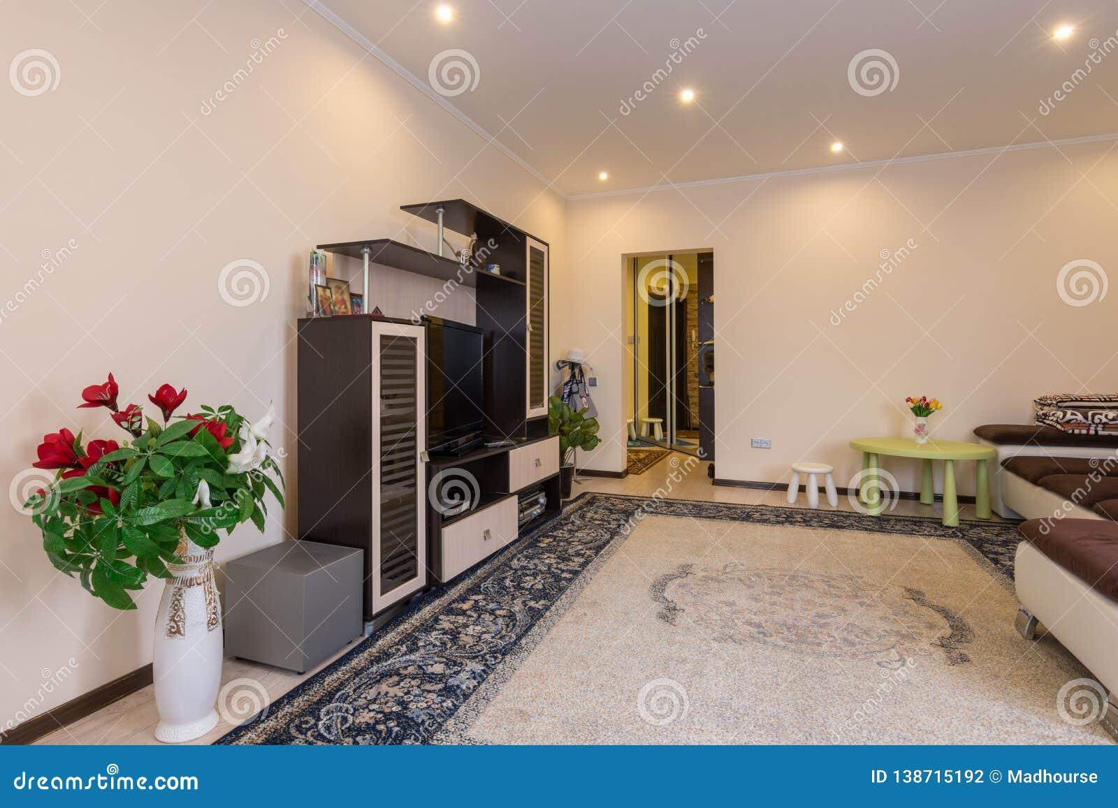 El interior de una sala de estar espaciosa, entrada del vestíbulo