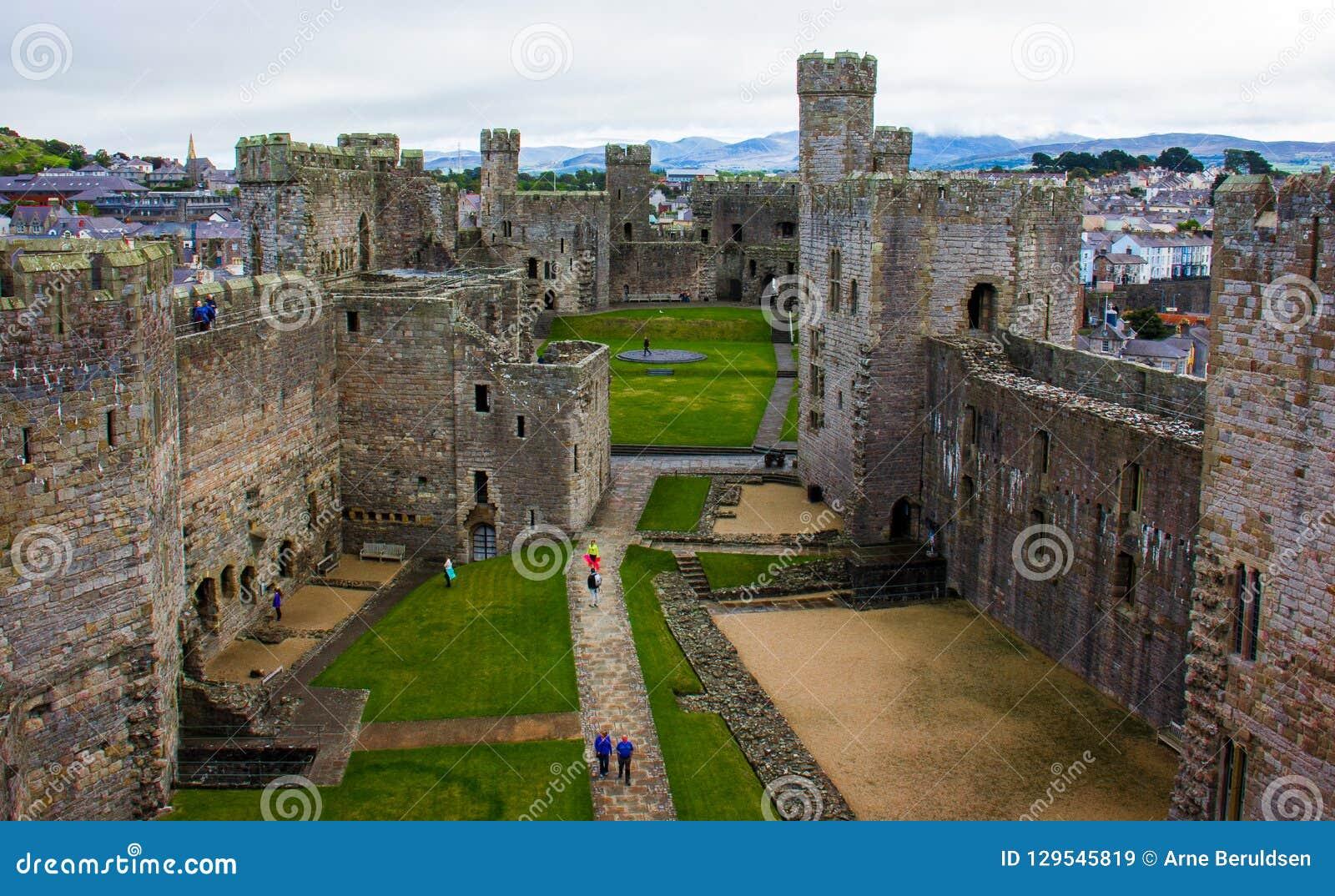 El interior del castillo de Caernarfon