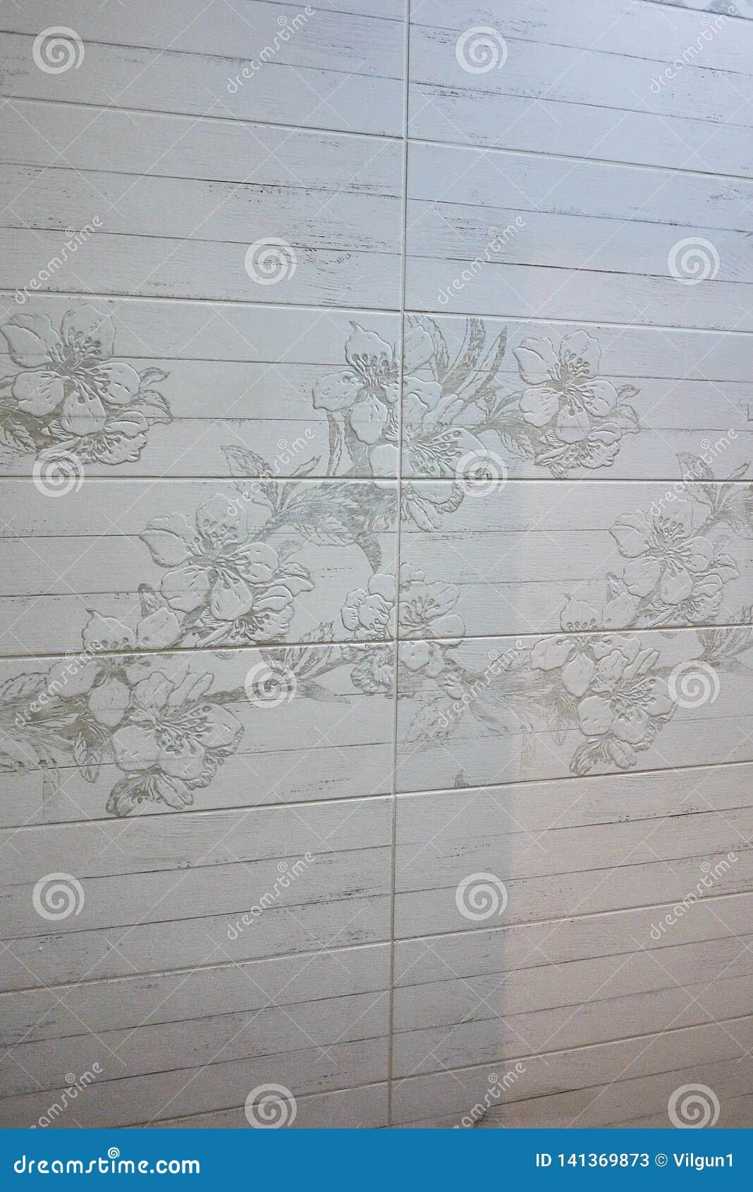 El interior del cuarto de baño se adorna con las tejas hermosas con el paisaje de la naturaleza