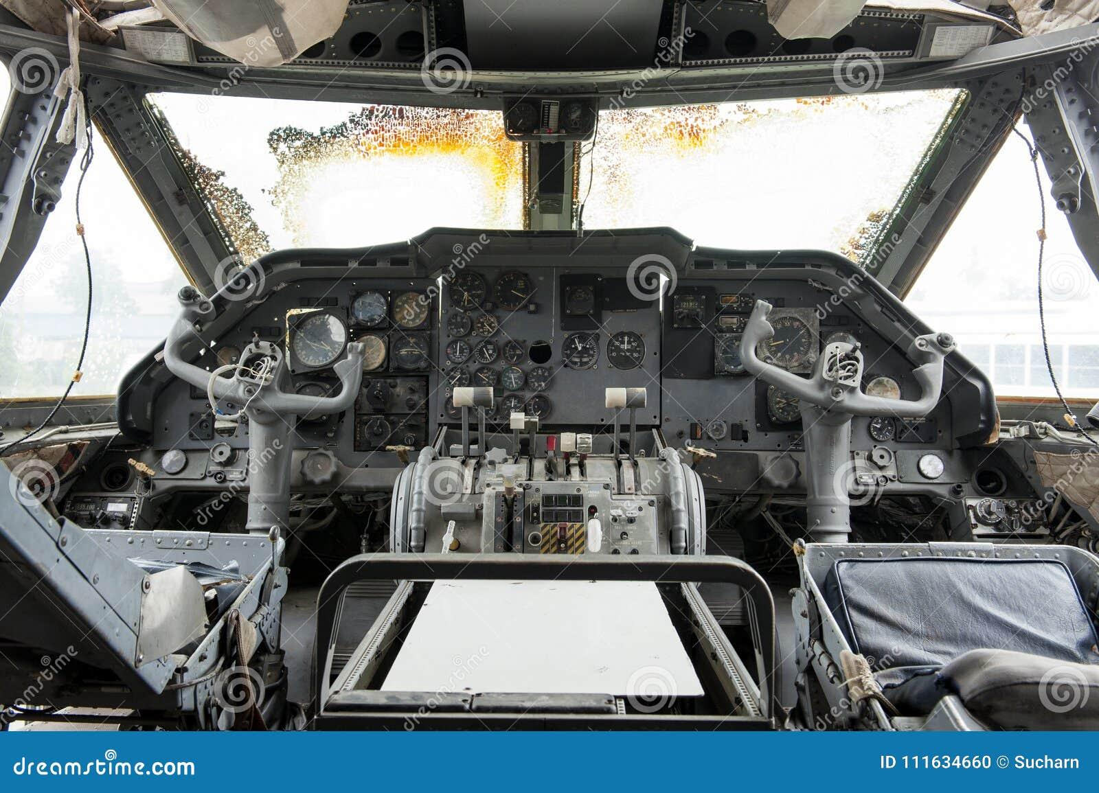 El interior del panel de control viejo de la carlinga y del aeroplano es defectuoso