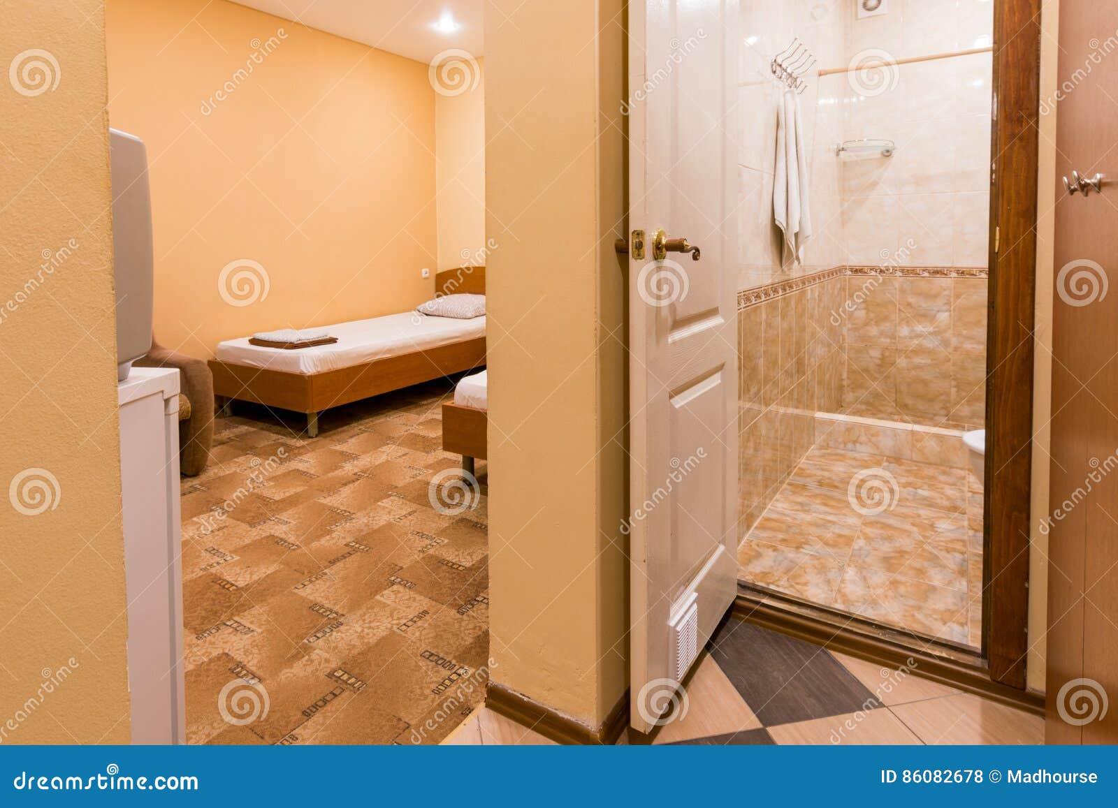 El Interior Del Pequeño Cuarto, Entrada Al Cuarto Y Cuarto De Baño ...