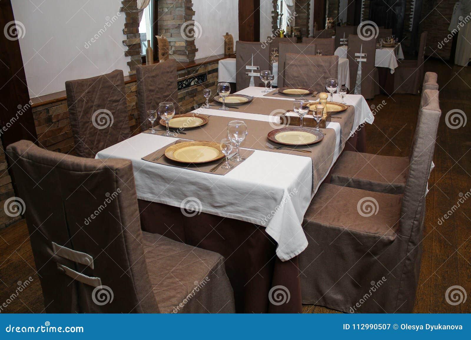 El interior del restaurante está listo para la llegada de visitantes