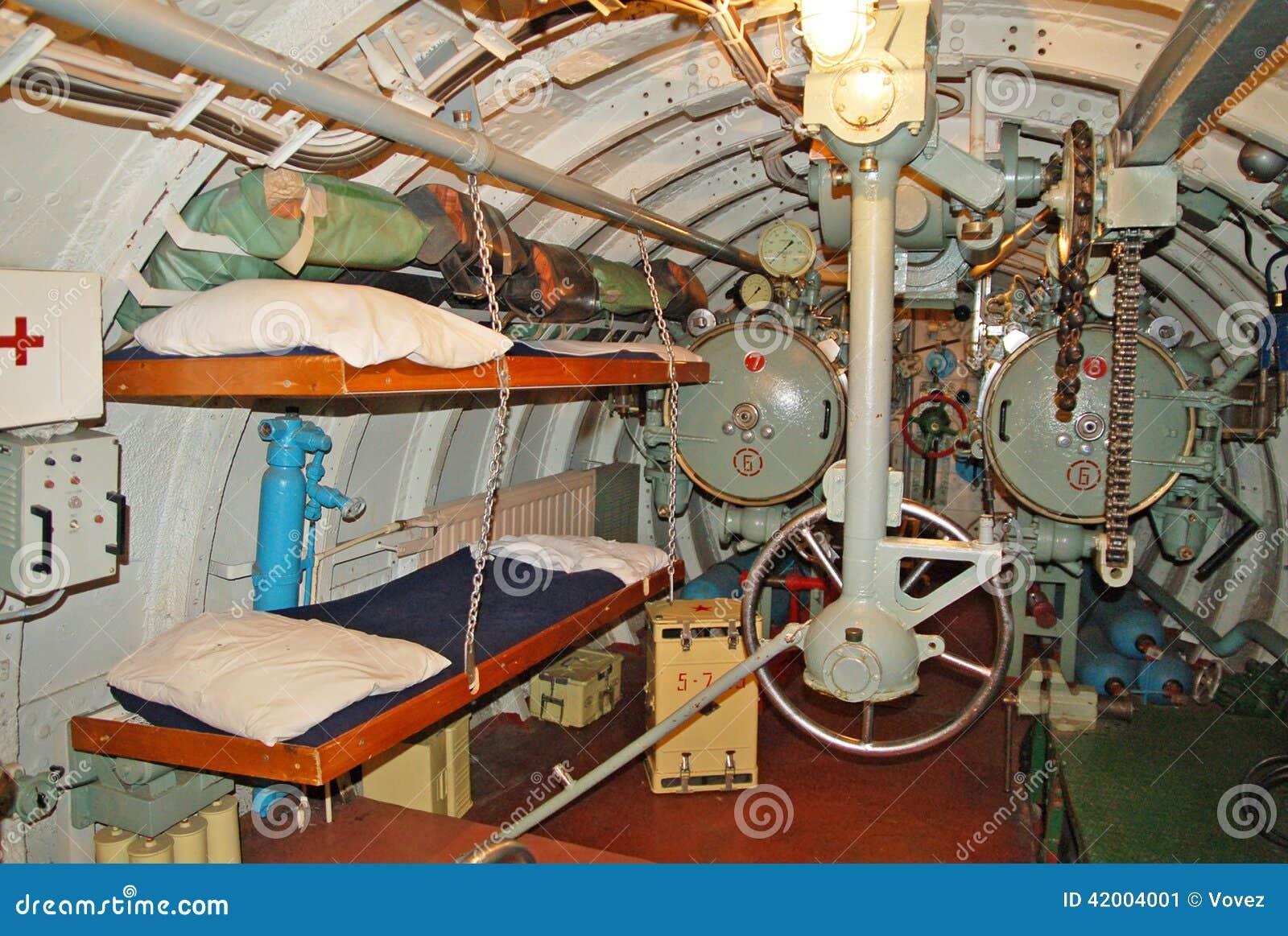 El interior del submarino compartimiento en popa del for Interior submarino