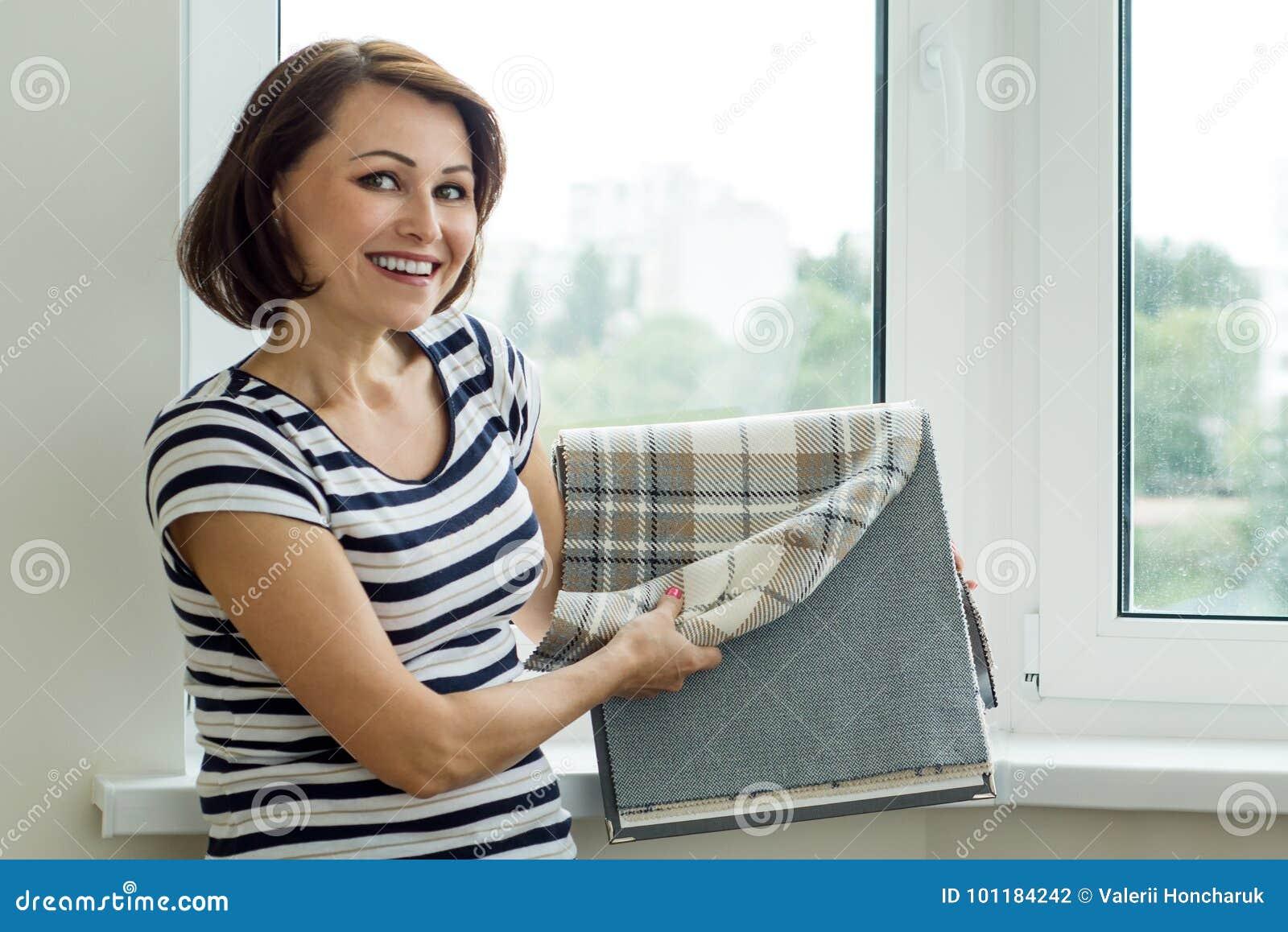 El interiorista muestra las muestras del cliente de telas para el Cu