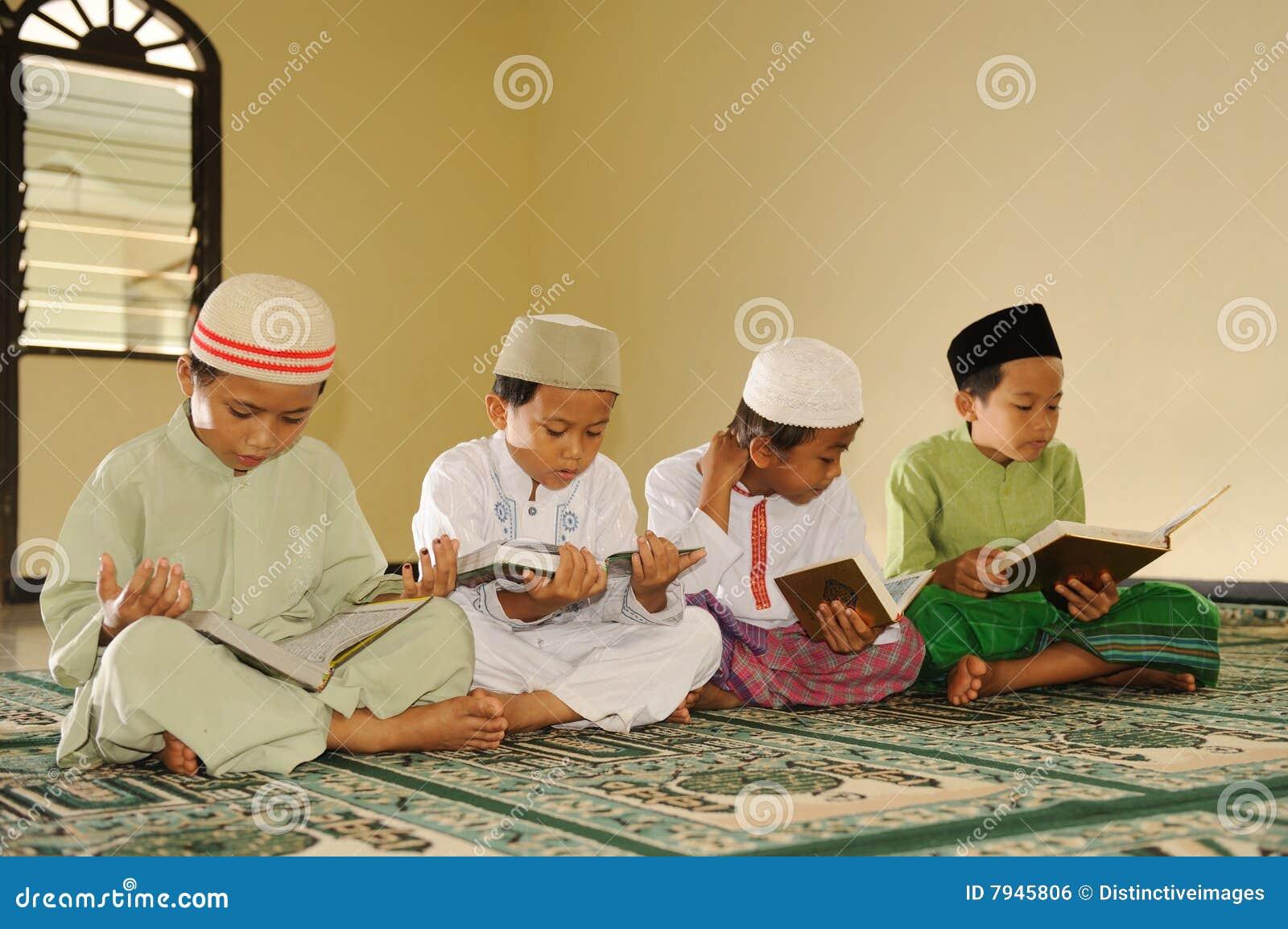 El Islam embroma la lectura de Koran