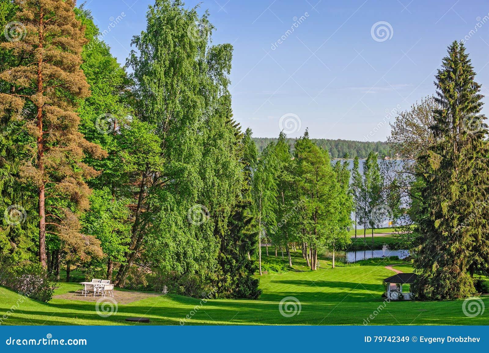 El jardín hermoso con el césped verde y relaja el lugar