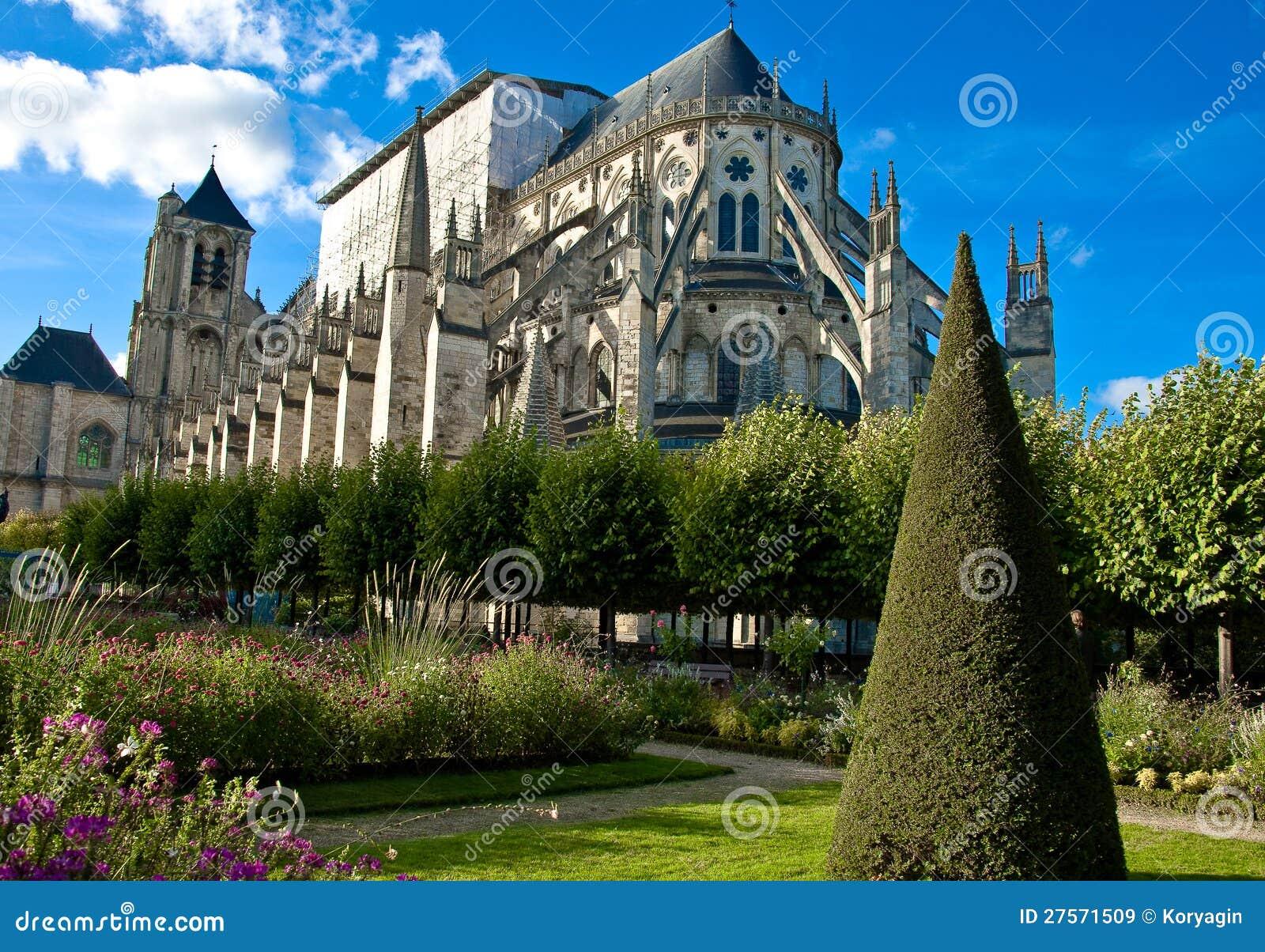 El jardín y la catedral, Bourges, Francia