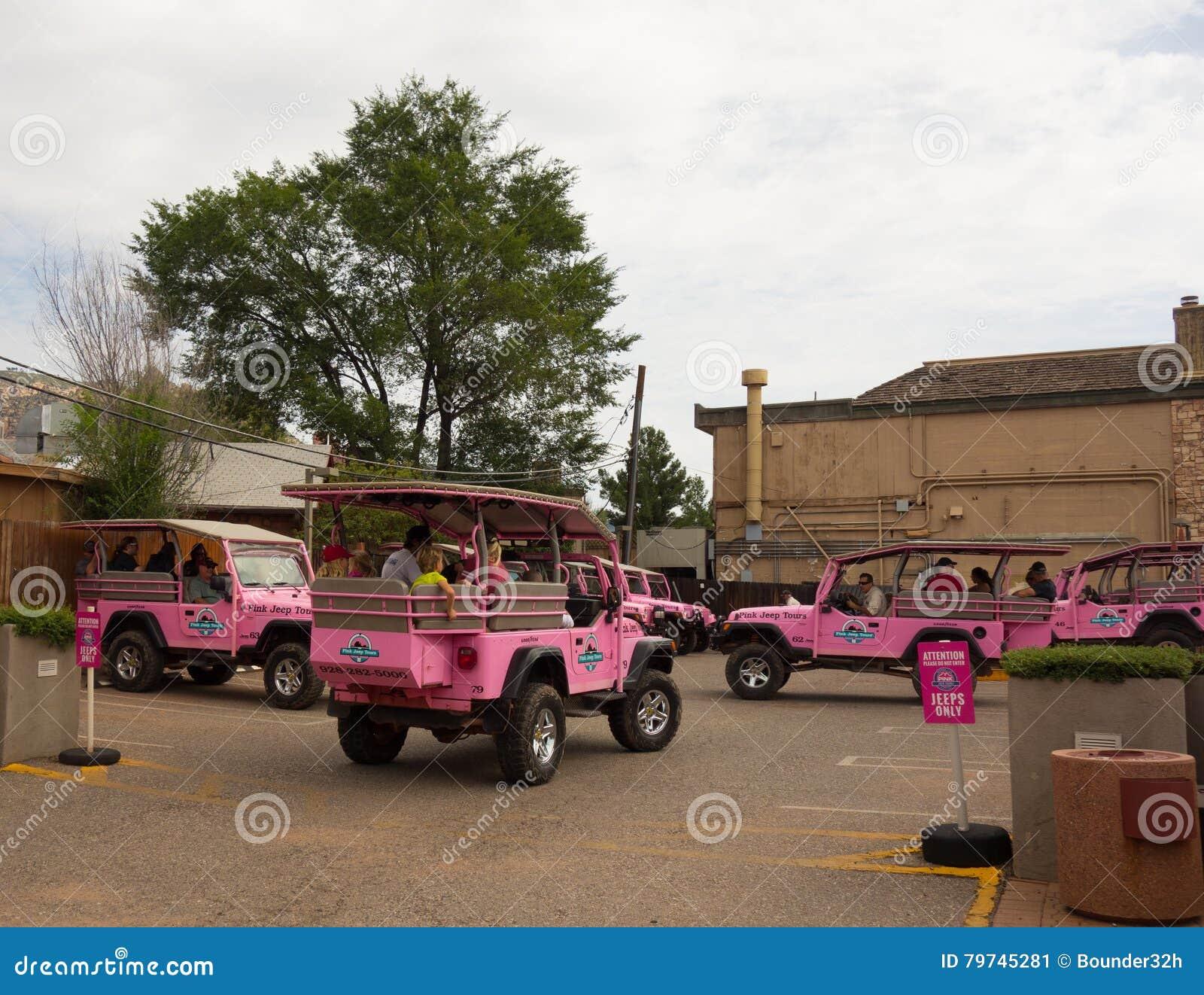 El jeep rosado viaja en un depósito en sedona