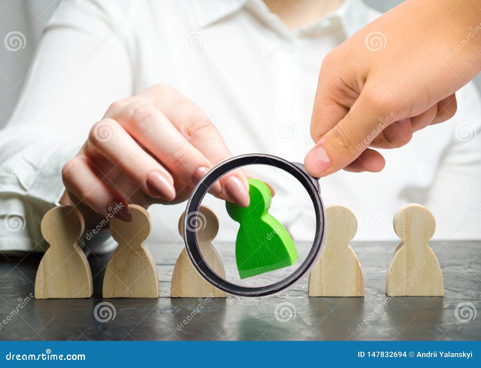 El jefe de la mujer elige a la persona en el equipo Gesti?n de recursos humanos Trabajador talentoso Personal de alquiler B?squed