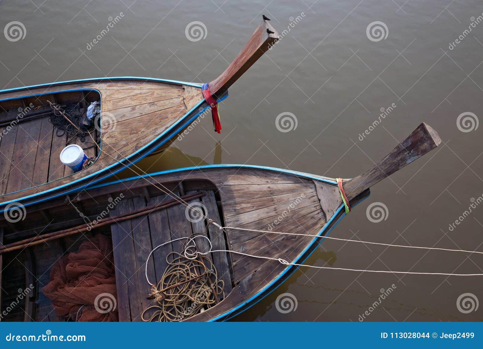 El jefe de un barco de pesca en el río
