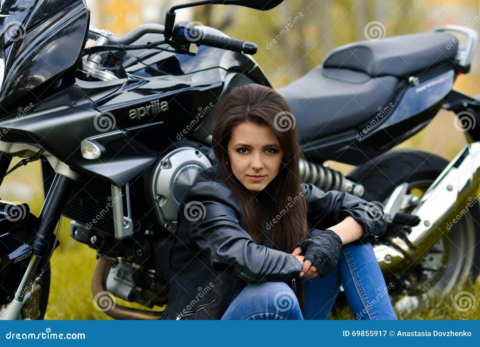 El jefe hermoso, serio, peligroso profesional, muchacha del motorista, líder se sienta cerca del negro, la mejor bici, moto Mucha