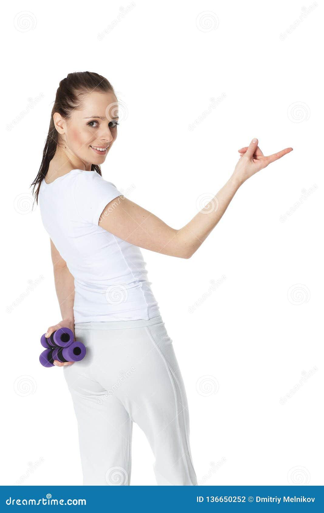 El joven se divierte a la mujer con pesas de gimnasia
