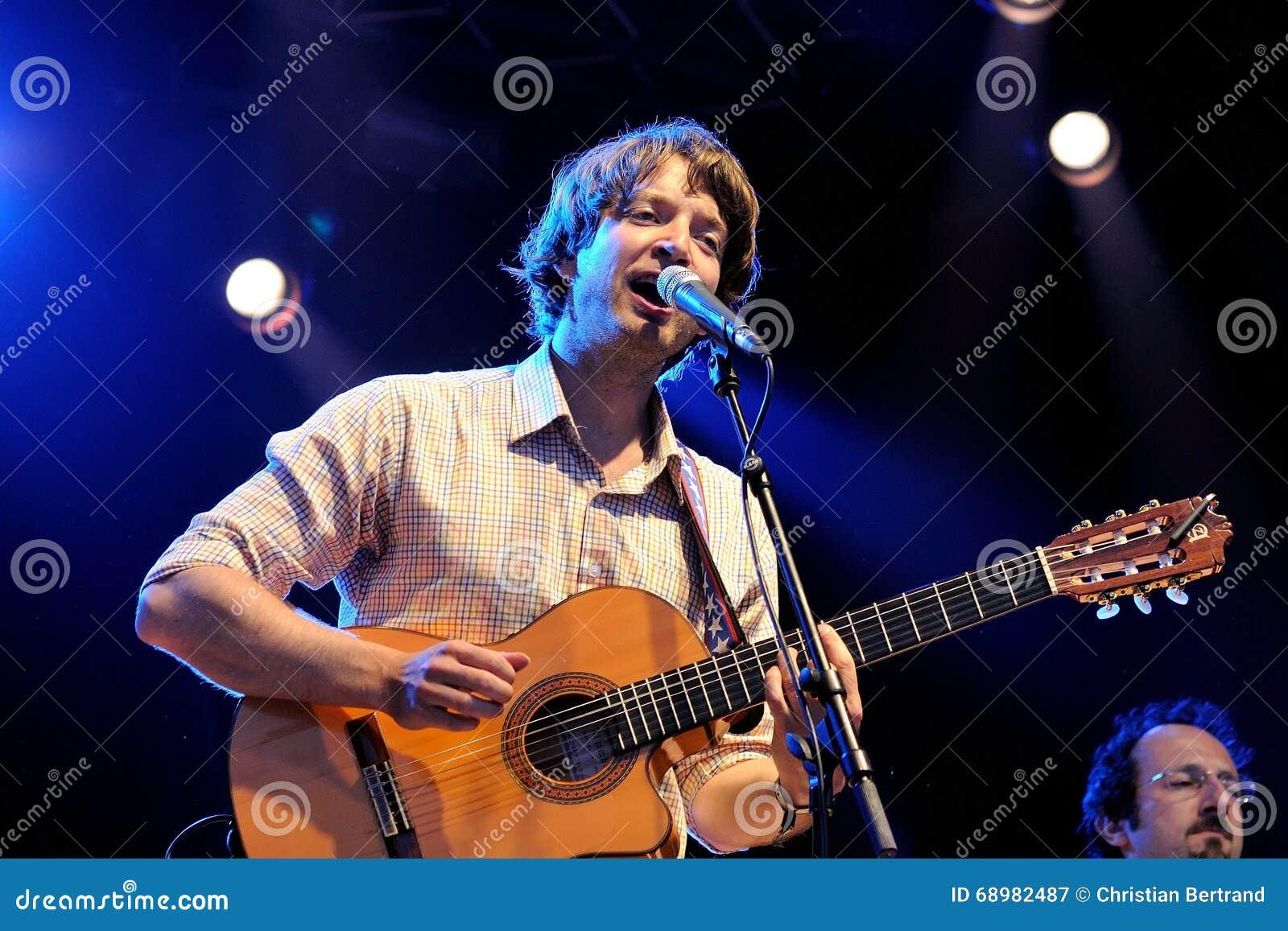 El jugador acústico de la guitarra de reyes de la conveniencia (banda)