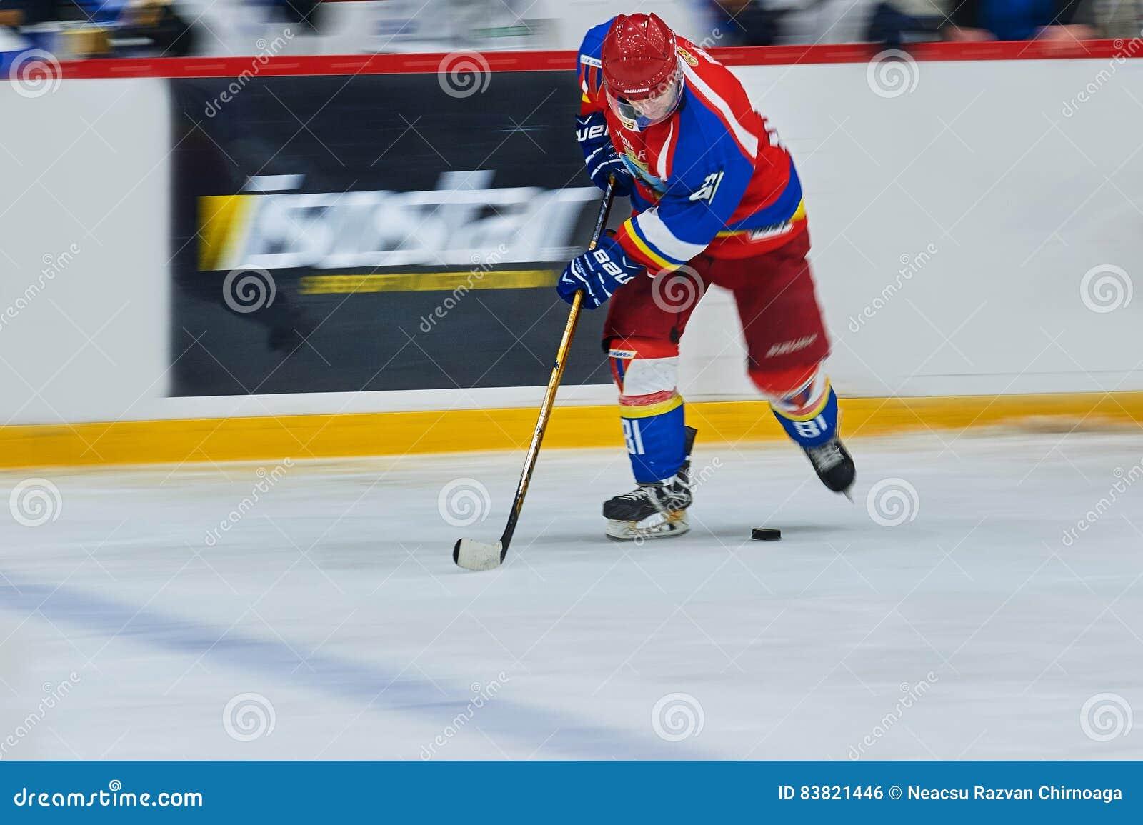 El jugador de hockey completo durante jugadores de hockey del partido del hockey compite