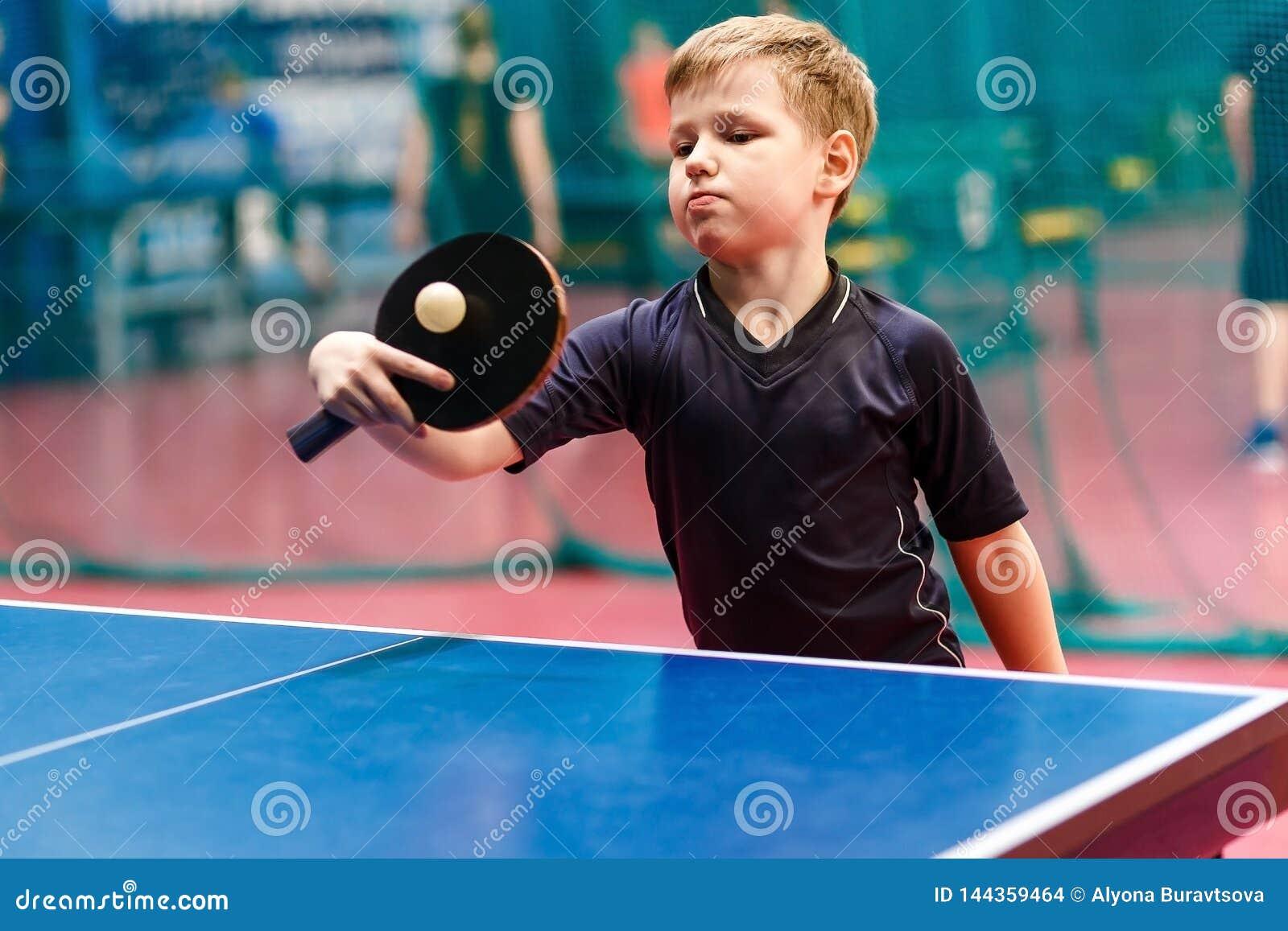 El jugador de tenis juega la bola en los tenis de mesa, ping-pong