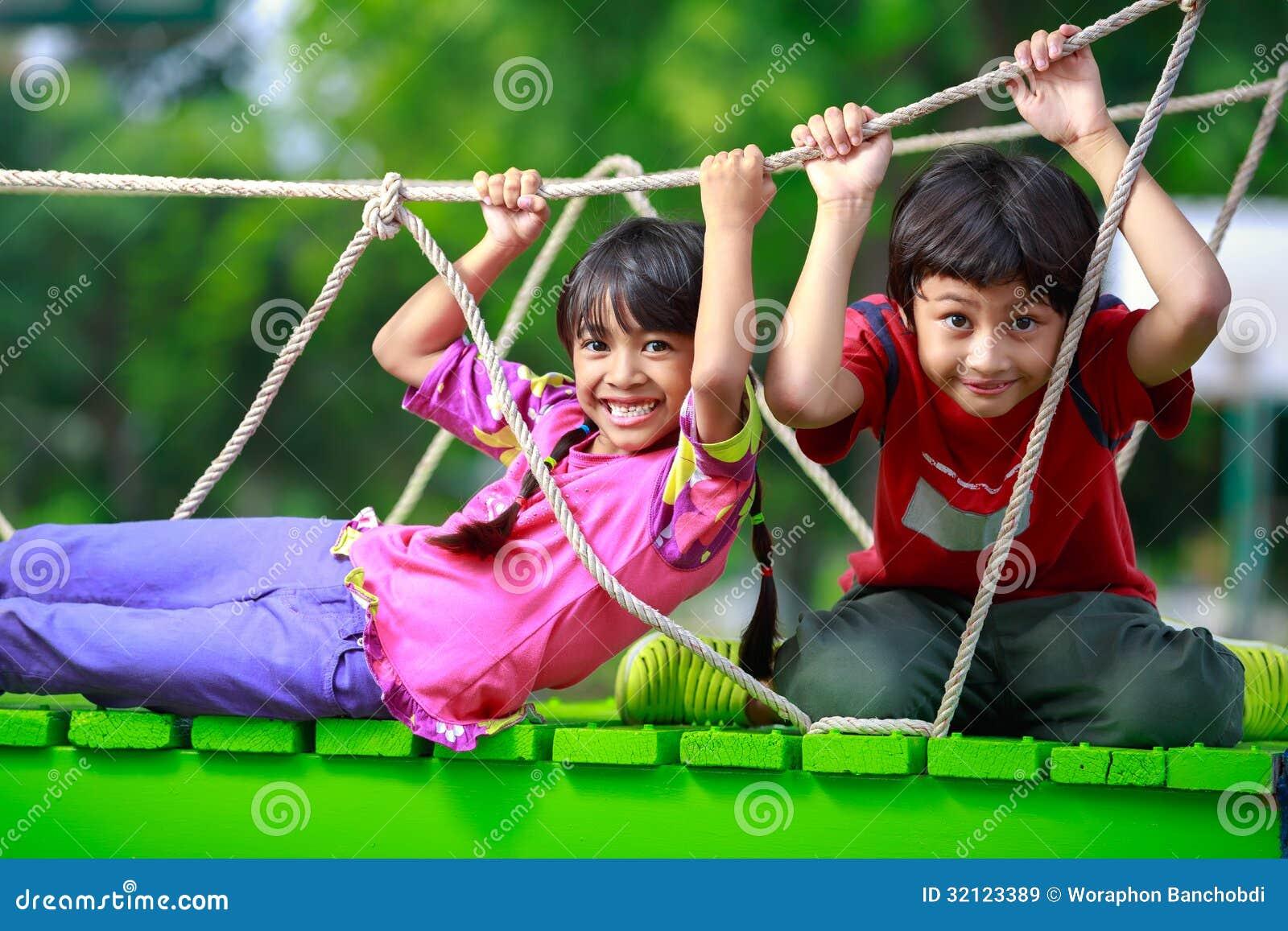 El jugar asiático feliz del niño