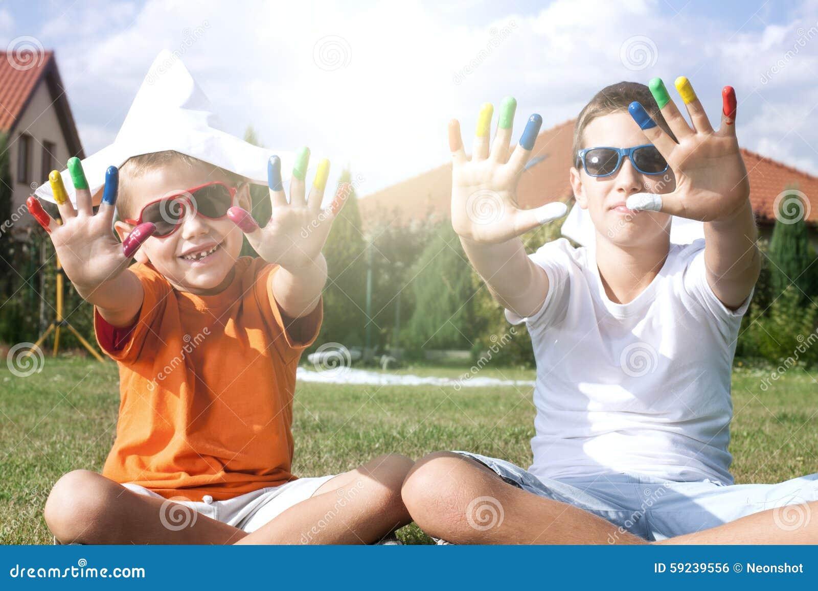 El jugar de dos hermanos al aire libre