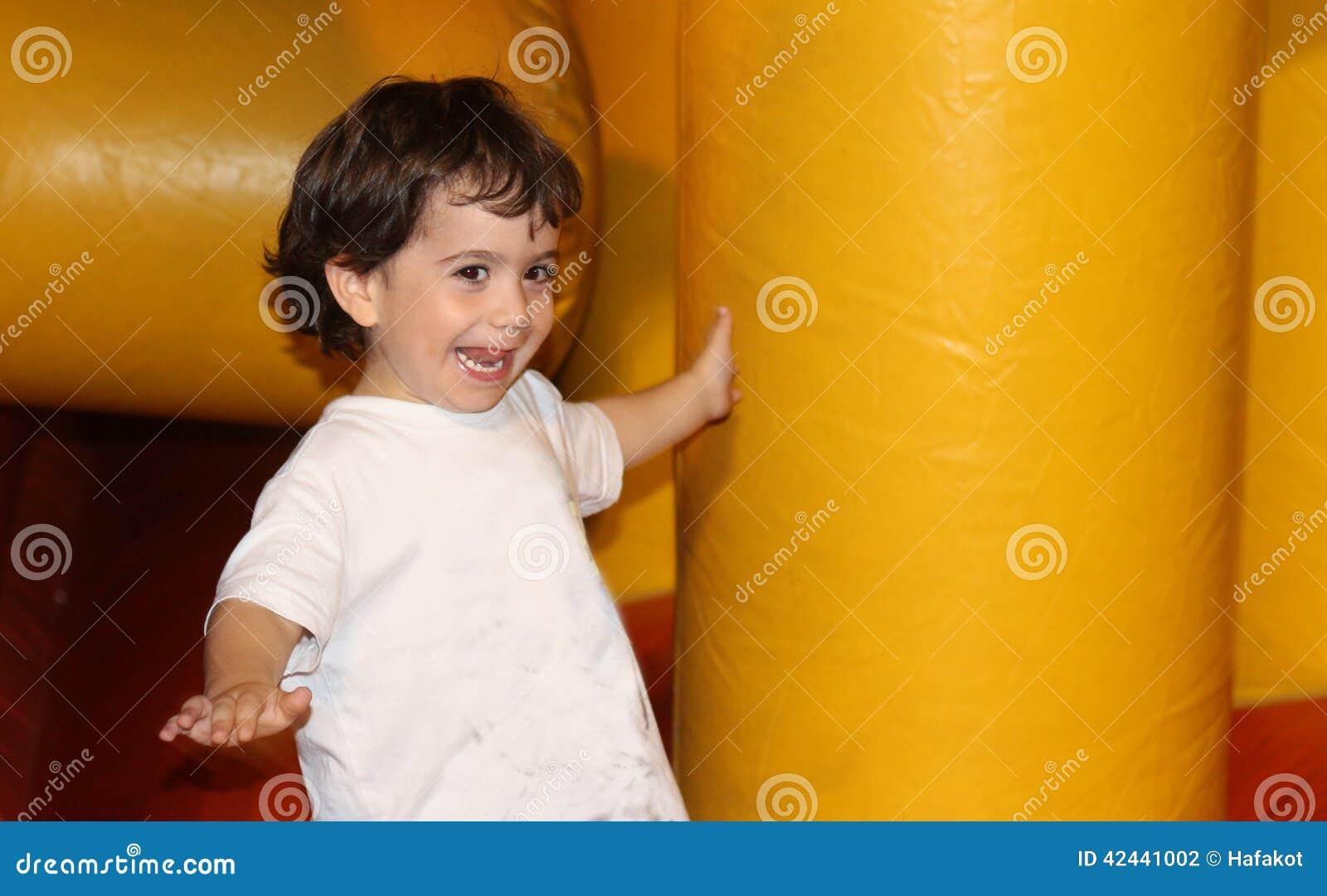 El jugar feliz de risa del niño
