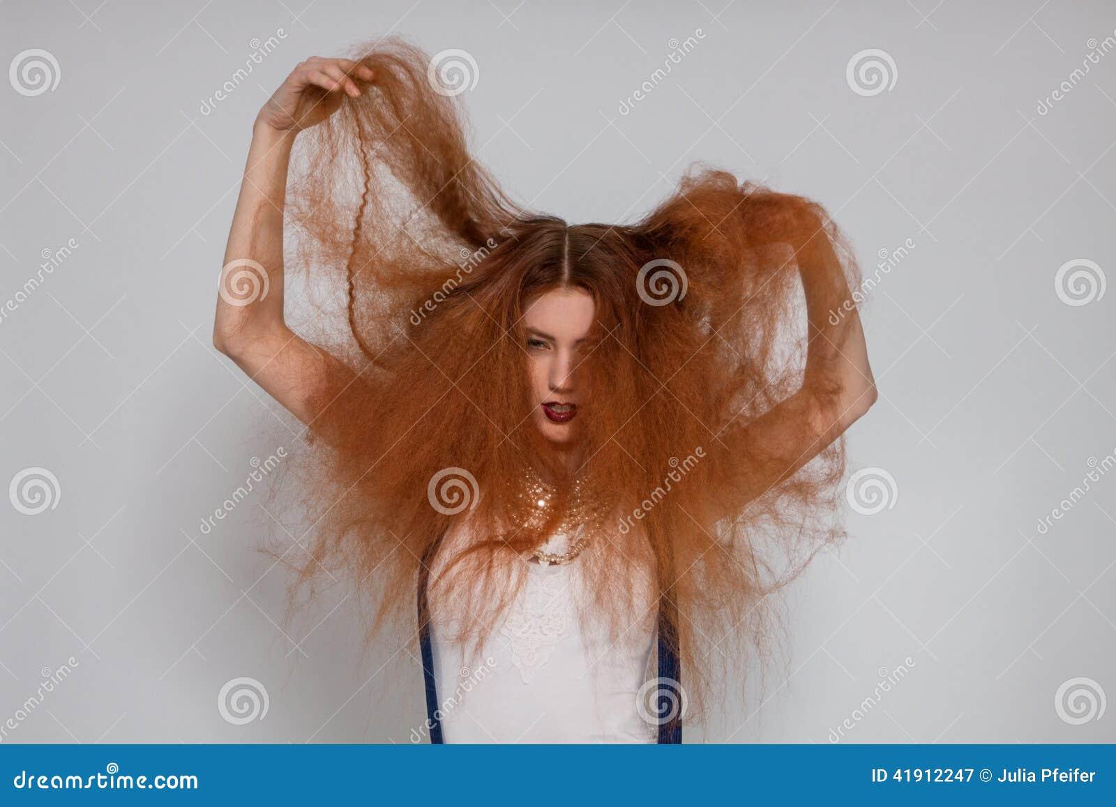 El jugar modelo femenino con el pelo muy rizado