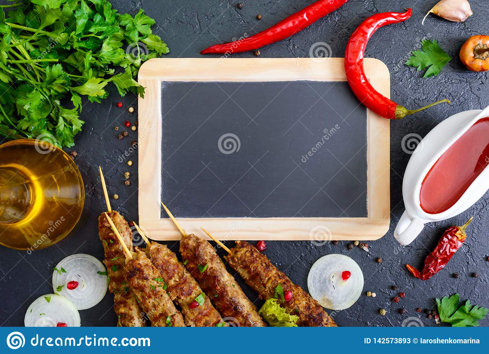 El Kebab De Lula Es Un Plato árabe Tradicional Shashlik En Los Pinchos De Madera Salsa De La Carne De Tomate Picante En Fondo Ne Imagen De Archivo Imagen De Delicioso