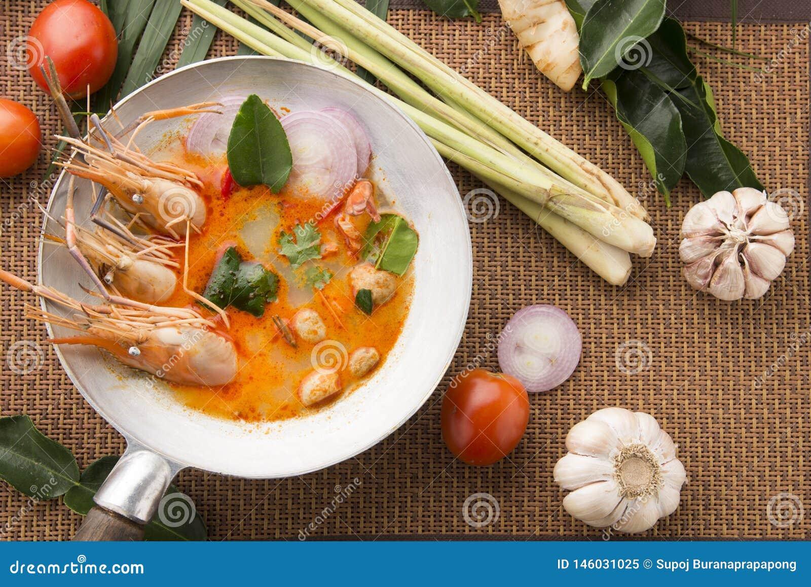 El kung de Tom yum o el kung del ñame de tom es un tipo de comida caliente y amarga del famouse en Lao y sopa tailandesa, cocinad