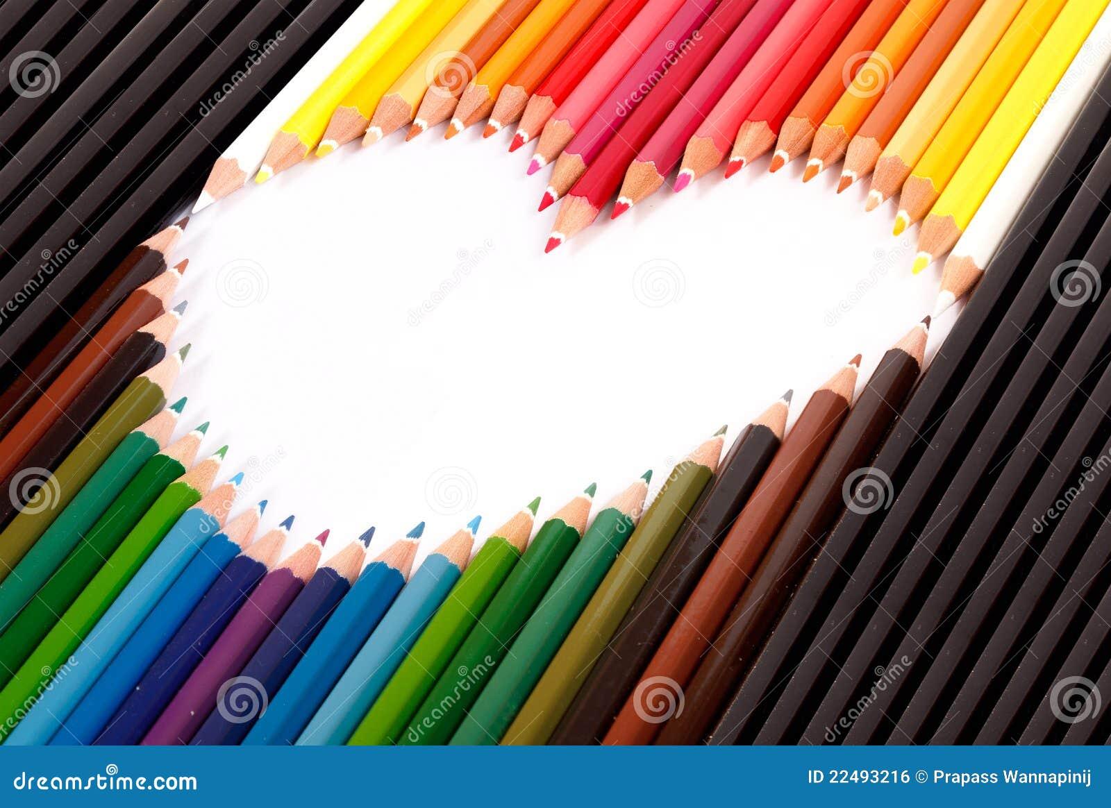 El lápiz en colores pastel colorido arregla en dimensión de una variable del corazón