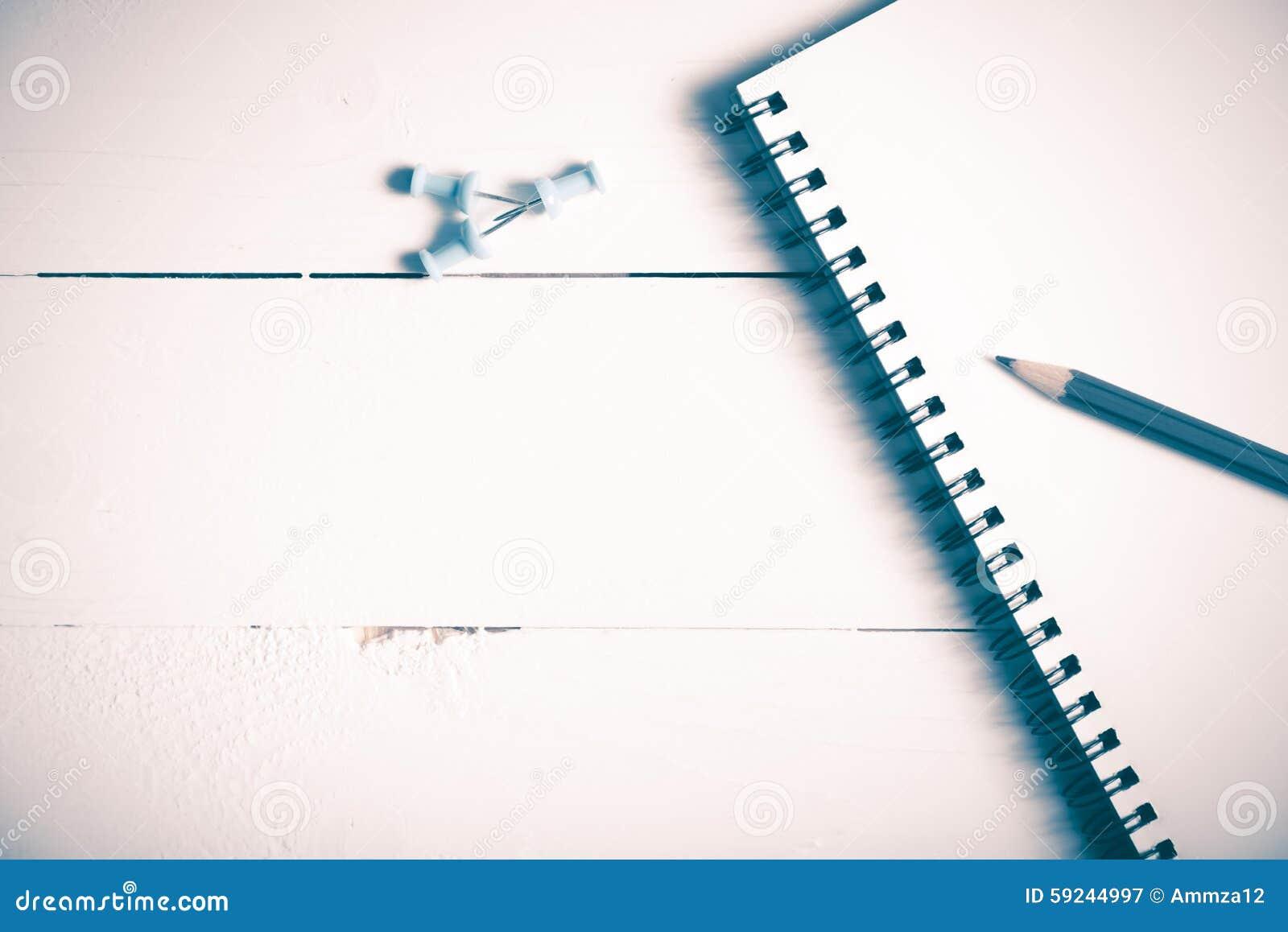El lápiz y la libreta con empuje fijan estilo del vintage