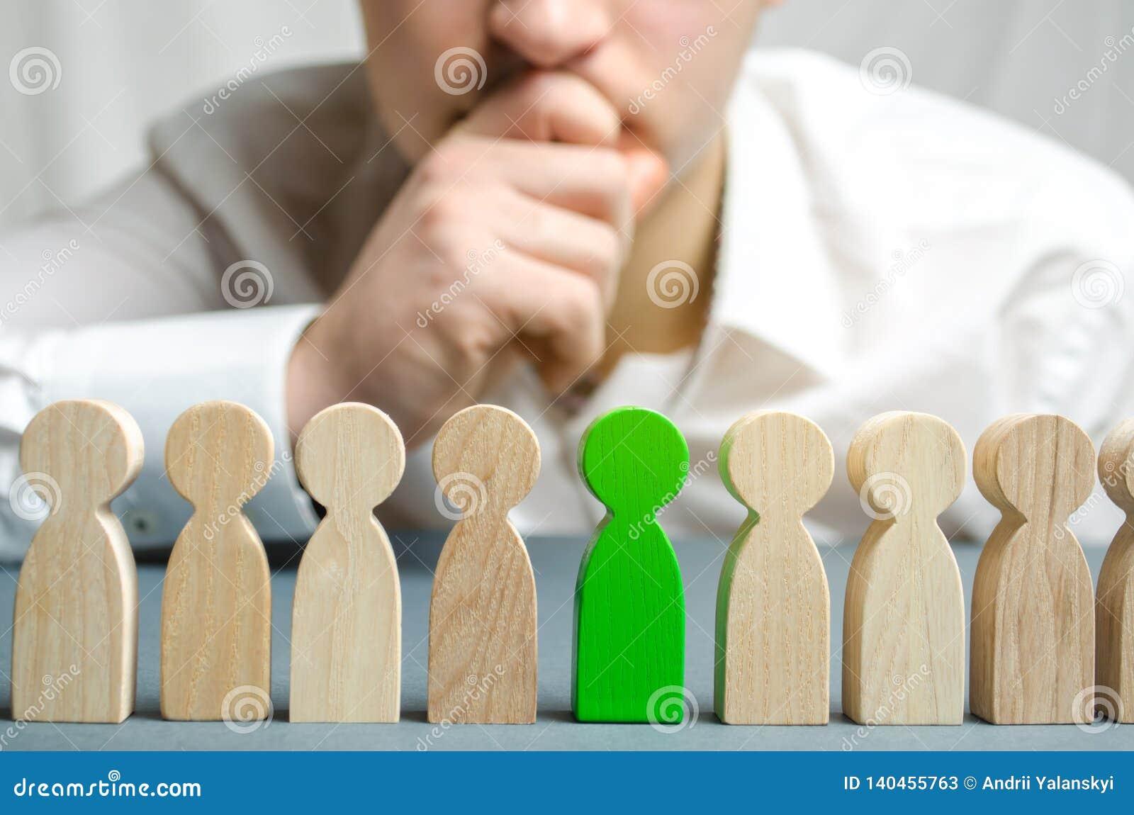 El líder elige a la persona en el equipo Trabajador talentoso Personal de alquiler Búsqueda del empleado promueva Gestión de recu