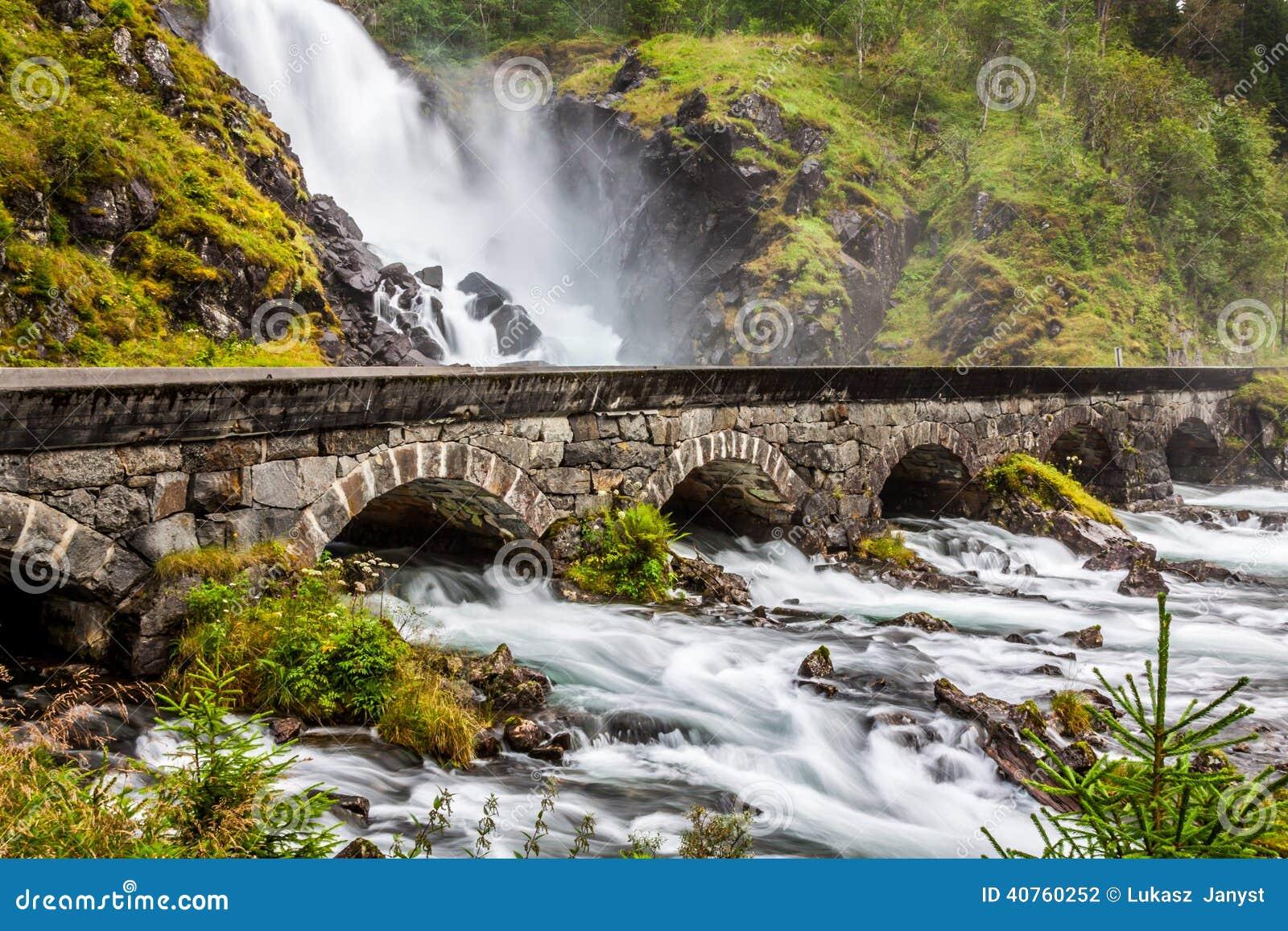 El Laatefossen famoso en Odda, una de las cascadas más grandes adentro