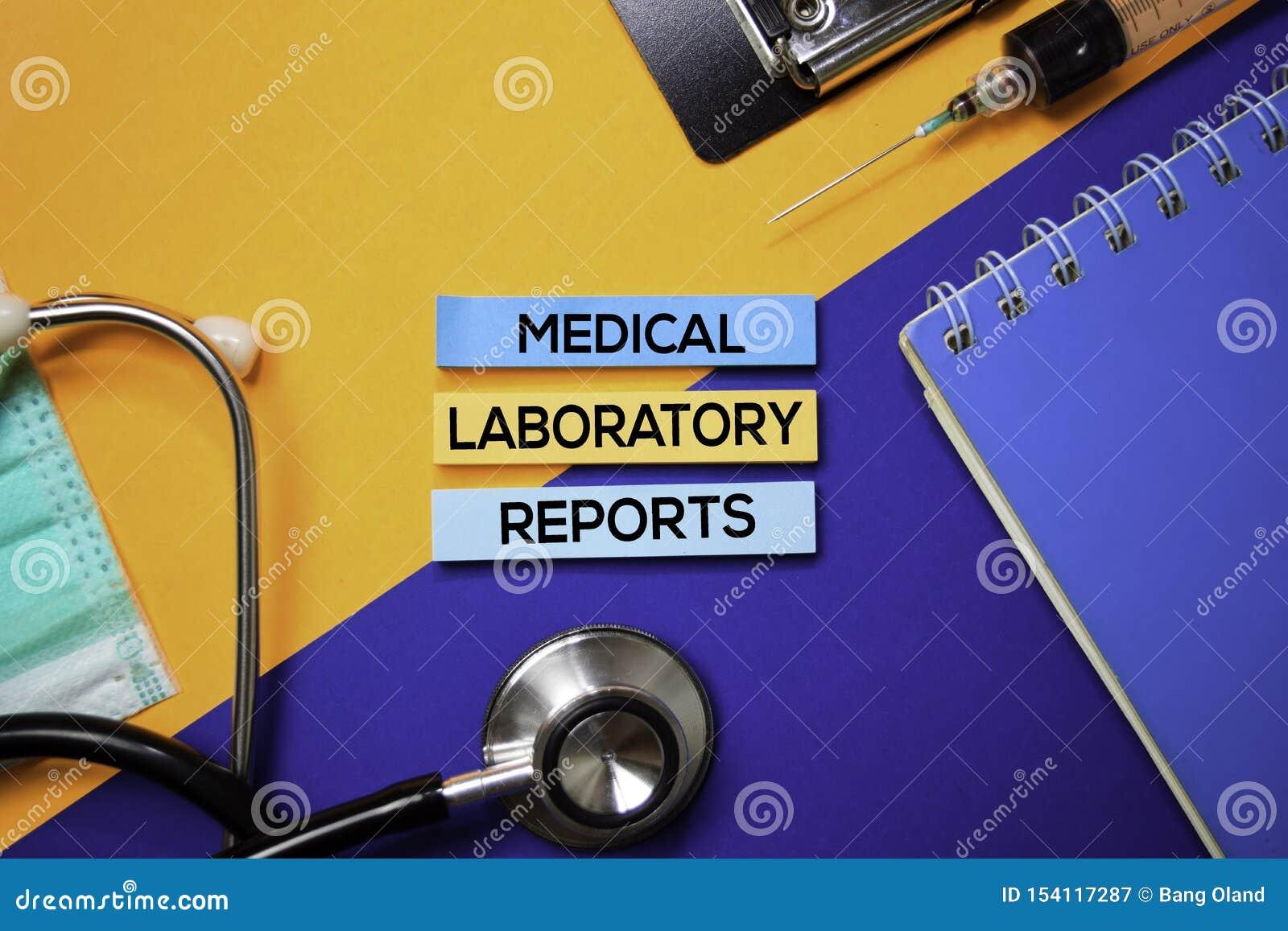 El laboratorio médico divulga el texto en notas pegajosas Visión superior aislada en fondo del color Atenci?n sanitaria/concepto