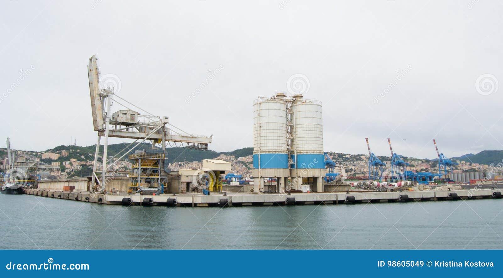 El lado industrial del puerto en Génova, Italia