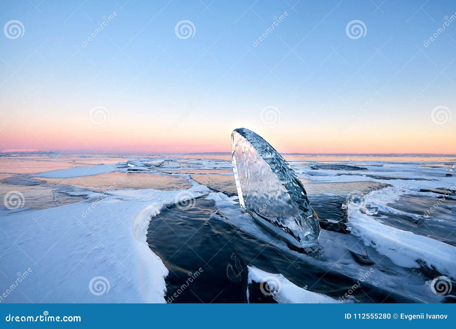 El lago Baikal se cubre con el hielo y la nieve, frío fuerte, cle grueso